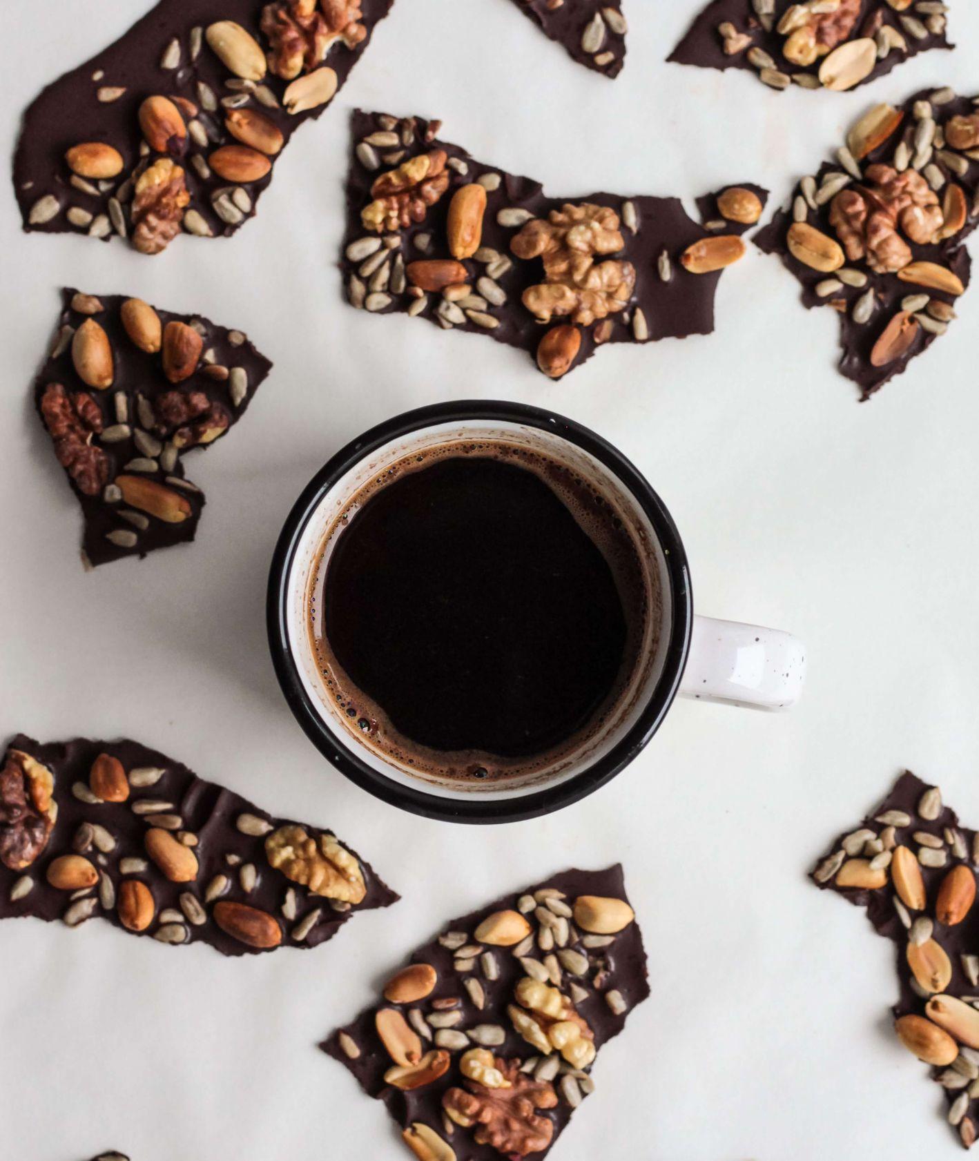 Filiżanka kawy i czekolada z orzechami (fot.Nordwood Themes)