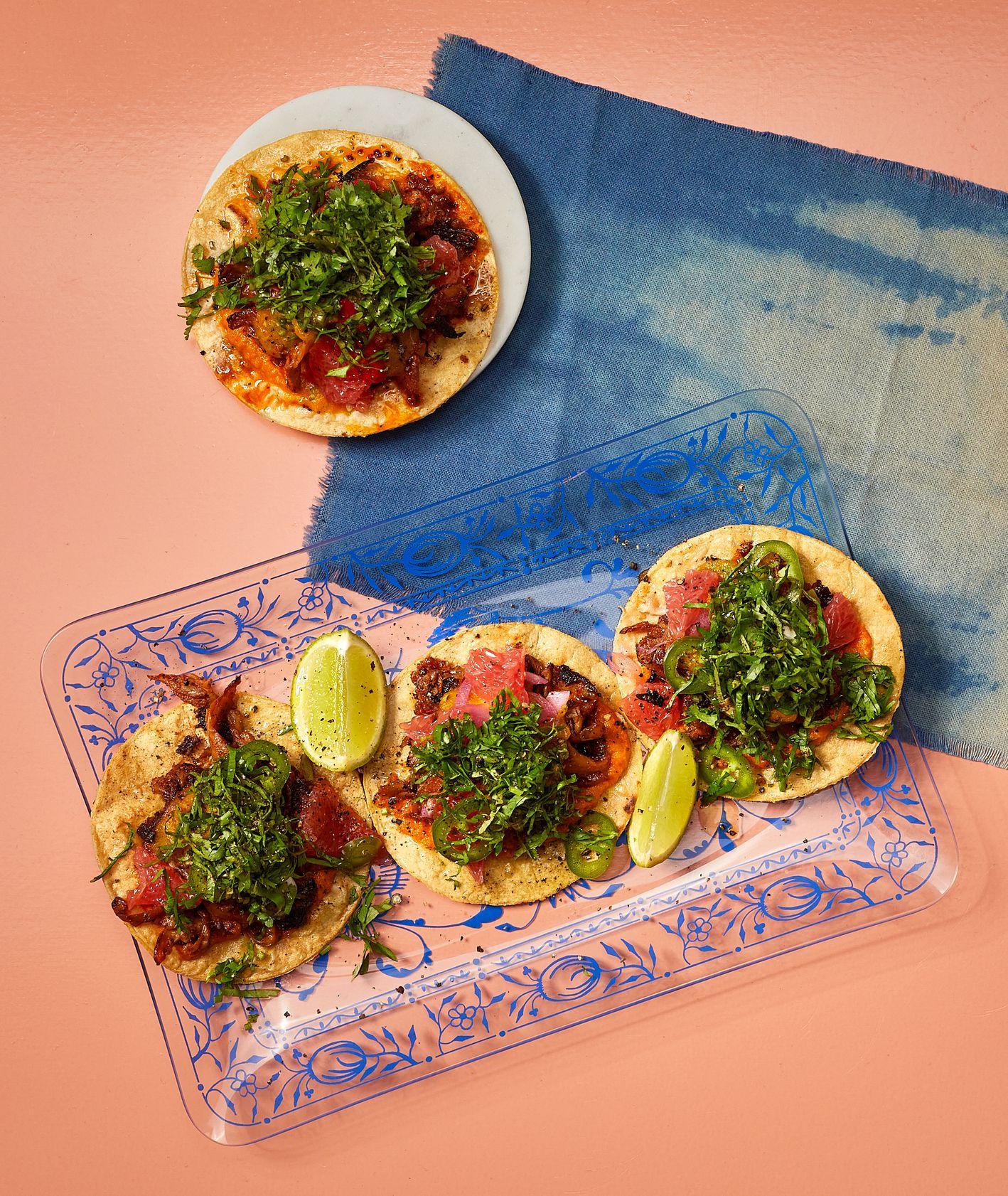 Peaches Gastro Girls, Tacos z boczniakowym carnitas i salsą z żółtych pomidorów i grejpfruta, wegańska meksykańska kuchnia (fot. Maciej Niemojewski)