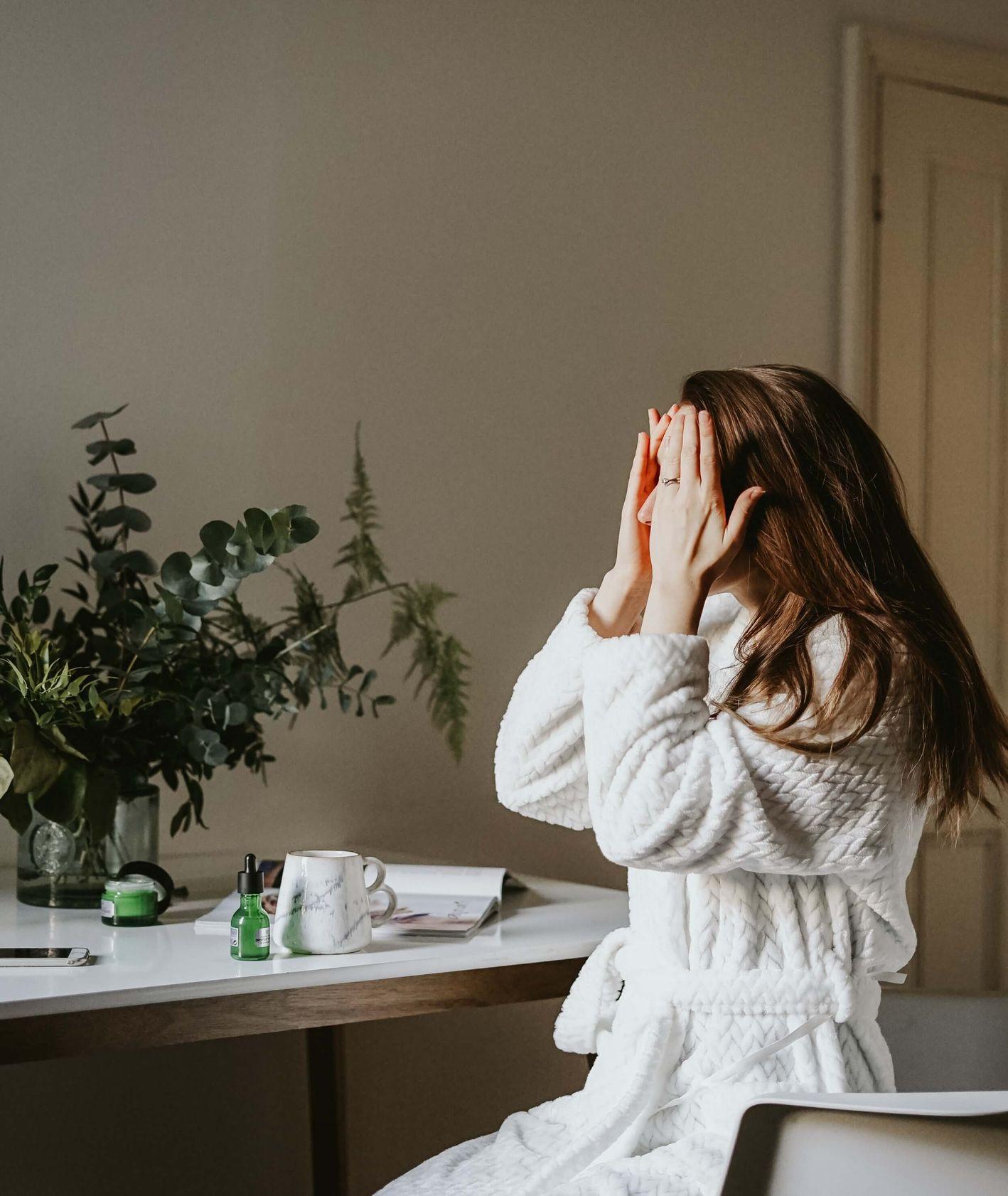 Poranna pielęgnacja twarzy ( fot. Toa Heftiba)