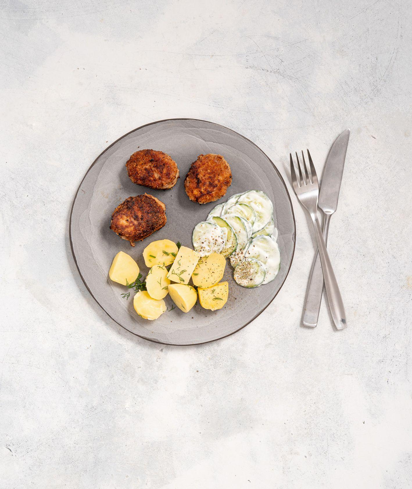 Mielone kotlety z mizerią i młodymi ziemniakami (fot. Martyna Cybuch)