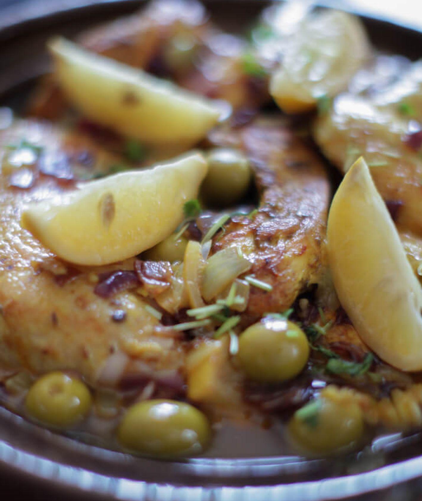 tagine z kurczakiem i oliwkami, kuchnia marokańska, kiszone cytryny, dania z kuskusem, obiad z kaszą, obiad dla całej rodziny, dania na imprezę, kuchnie świata
