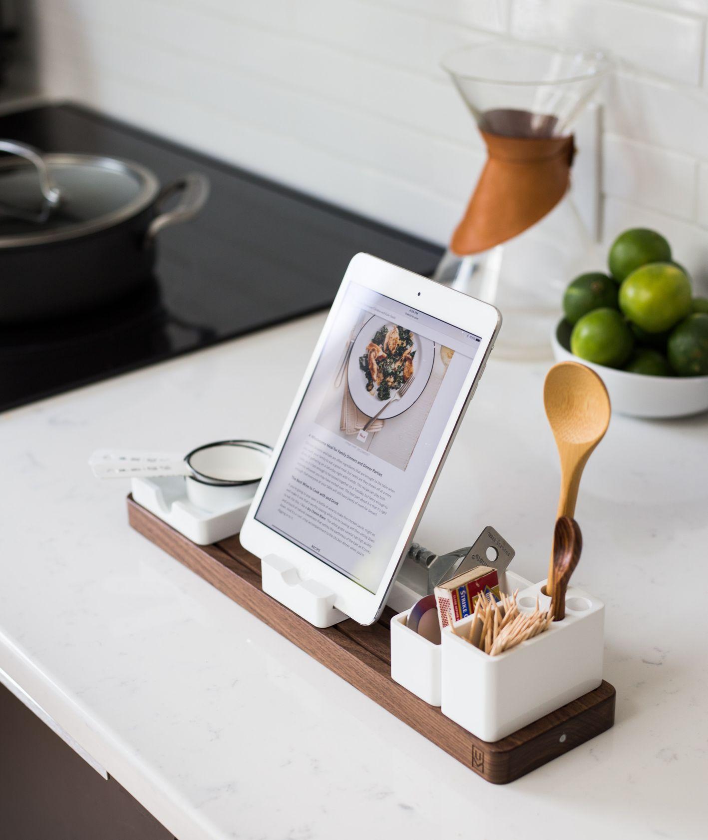 Tablet z wyświetlonym przepisem, stojący na blacie kuchennym, w tle limonki, chemex i płyta kuchenna z garnkiem (fot. Jeff Sheldon)