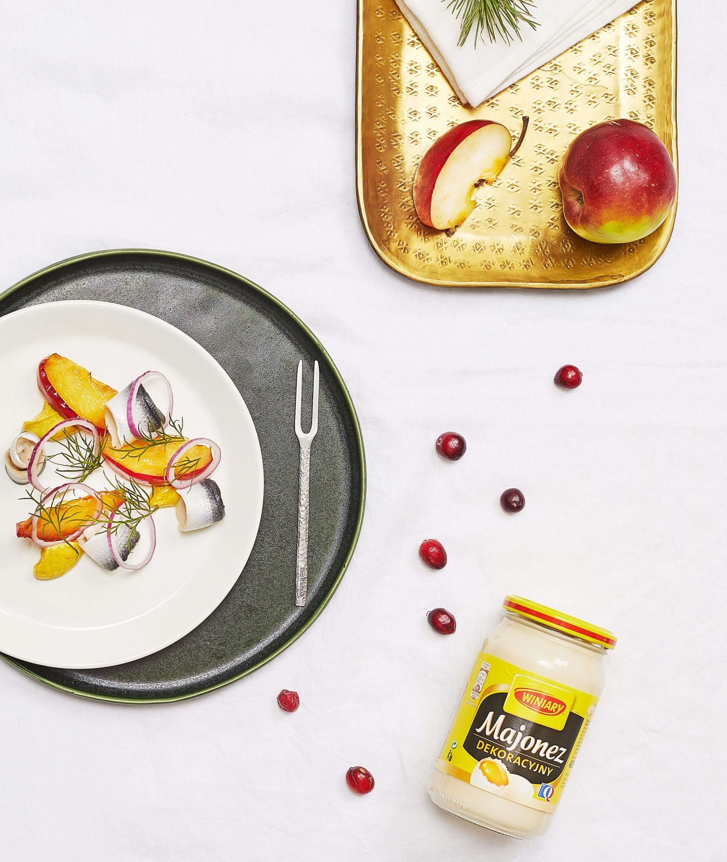Śledź z korzennym majonezem, karmelizowanym jabłkiem, koperkiem i cebulą, Winiary, przepis Tomek Zielke