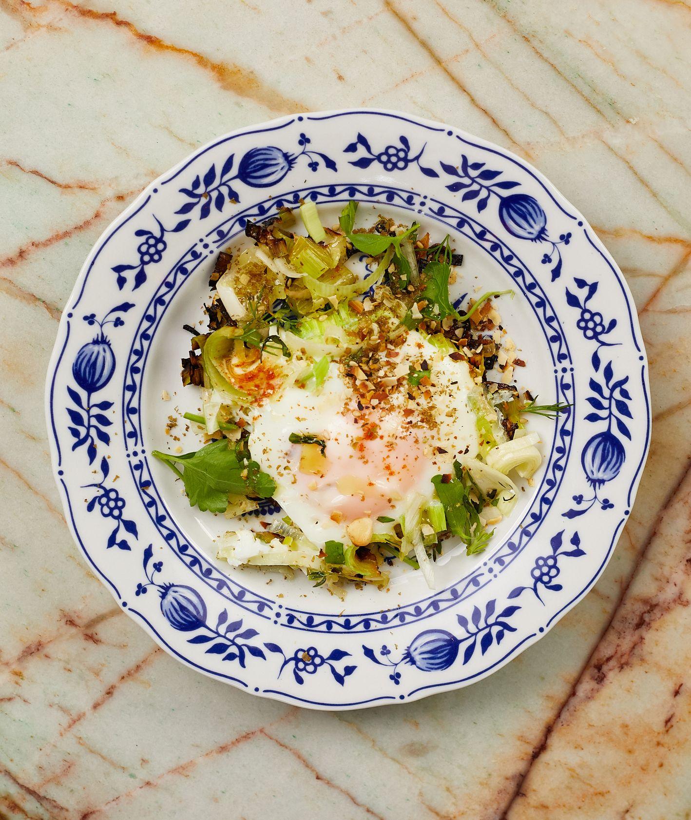 Przepis – jajka z porem i zieleniną, pomysł na obiad z porem, kuchnia izraelska (fot. Maciej Niemojewski)