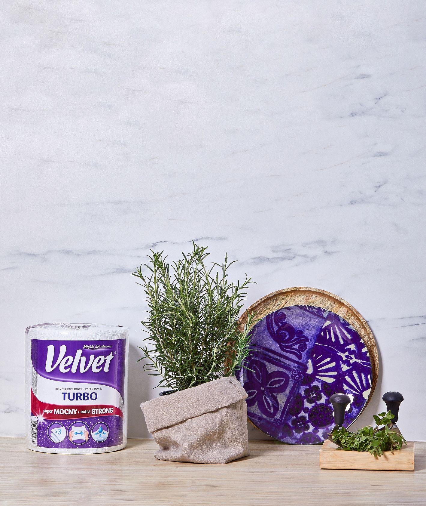 Blat z reczniiem papierowym Velvet, oraz rozmarynem w doniczce