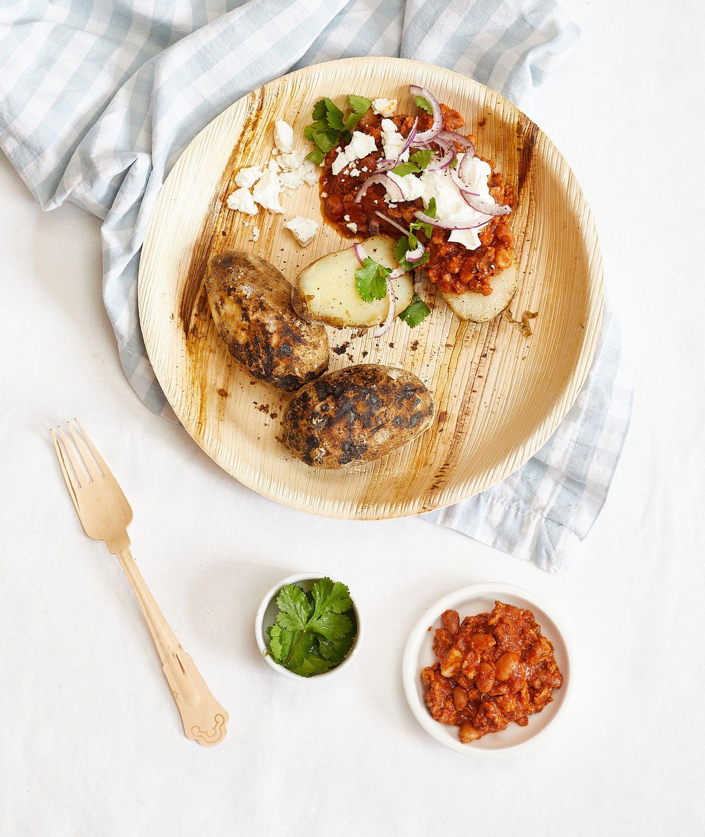 Przepis – pieczone w ognisku ziemniaki z chili, łatwy przepis (fot. Maciek Niemojewski)