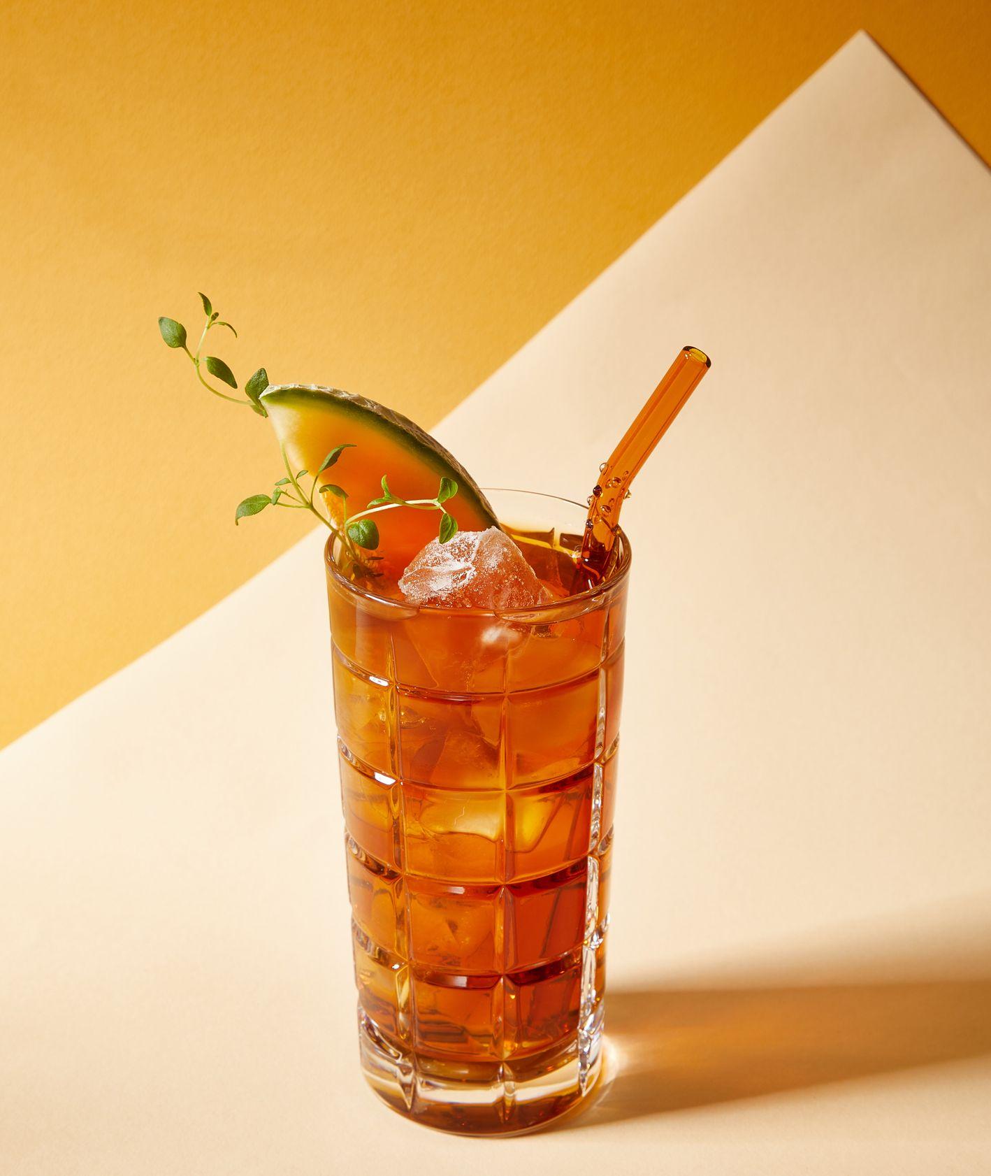 Koktail z whiskey i brzoskwnią. Drinki z whiskey. Johny Walker (fot. Maciek Niemojewski)