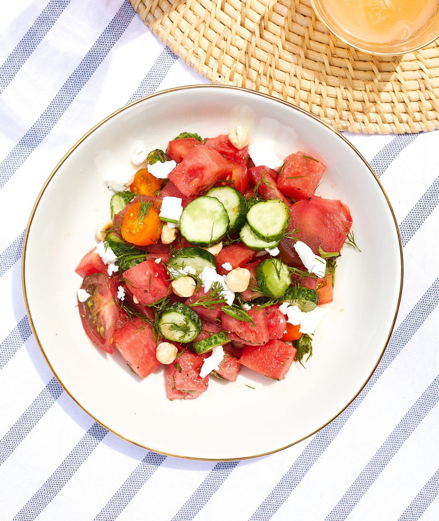 Przepis na letnią sałatkę warzywną z arbuzem – proste i szybkie w przygotowaniu danie, które sprawdzi się jako lekki obiad (fot. Maciej Niemojewski)