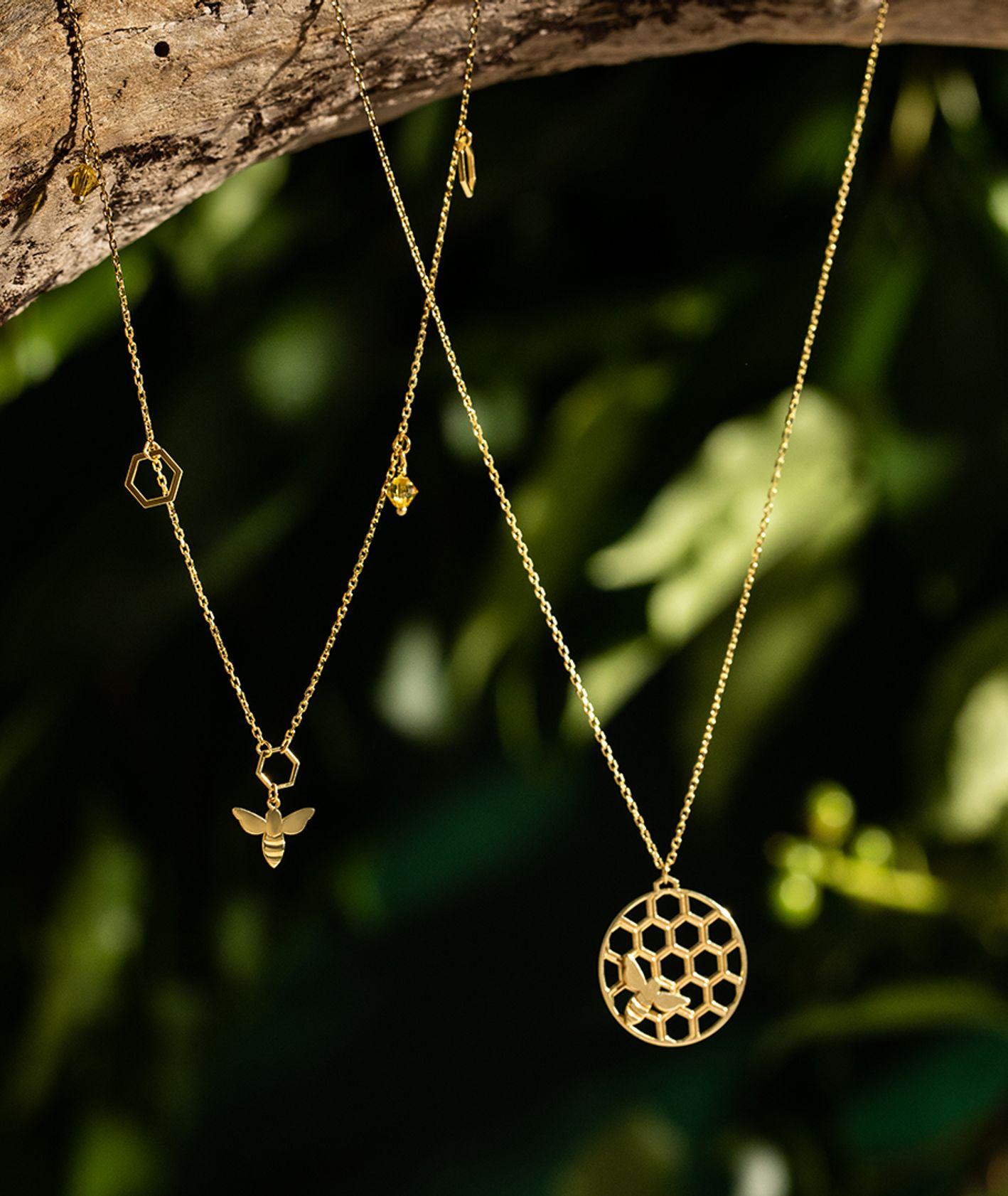 Jak odwdzięczyć się pszczołom? – naszyjniki z kolekcji YES Queen B (fot. materiały prasowe)
