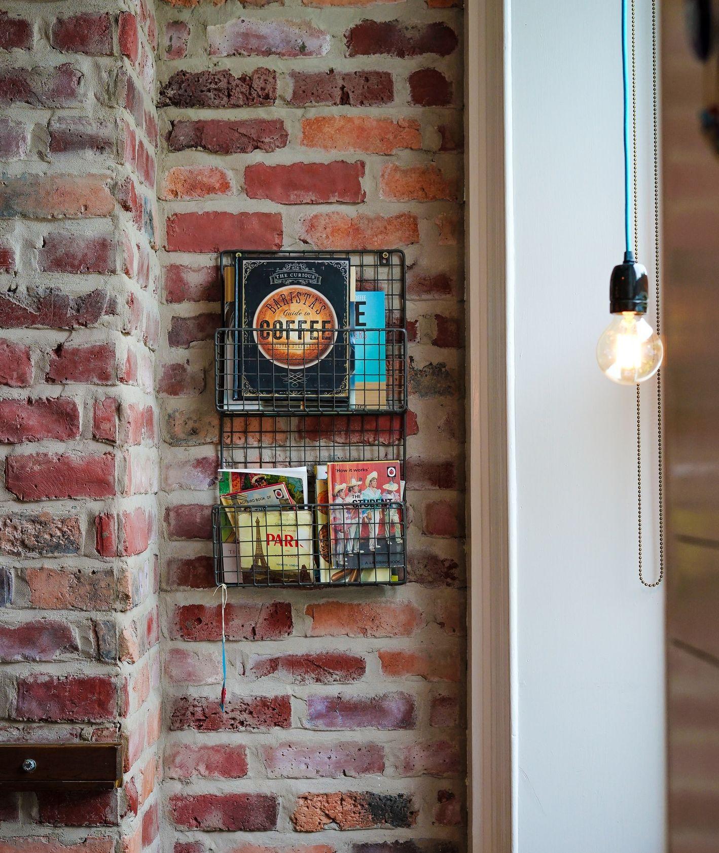 Półka z książkami kulinarnymi (fot. Toa Heftiba / unsplash.com)