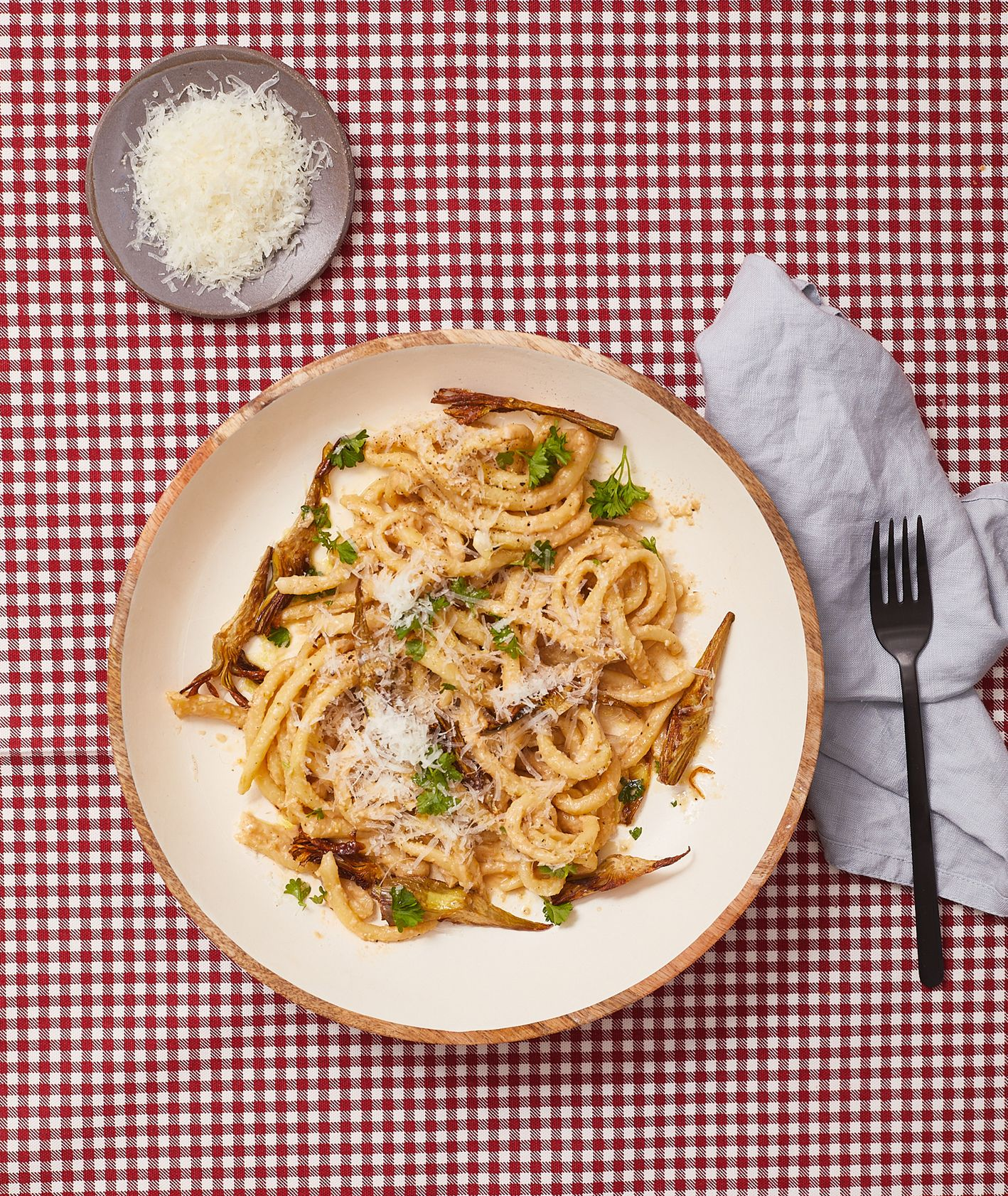 Przepis – spaghettoni w sosie z karczochów, pomysł na obiad z karczochami, włoska szkoła gotowania (fot. Maciej Niemojewski)