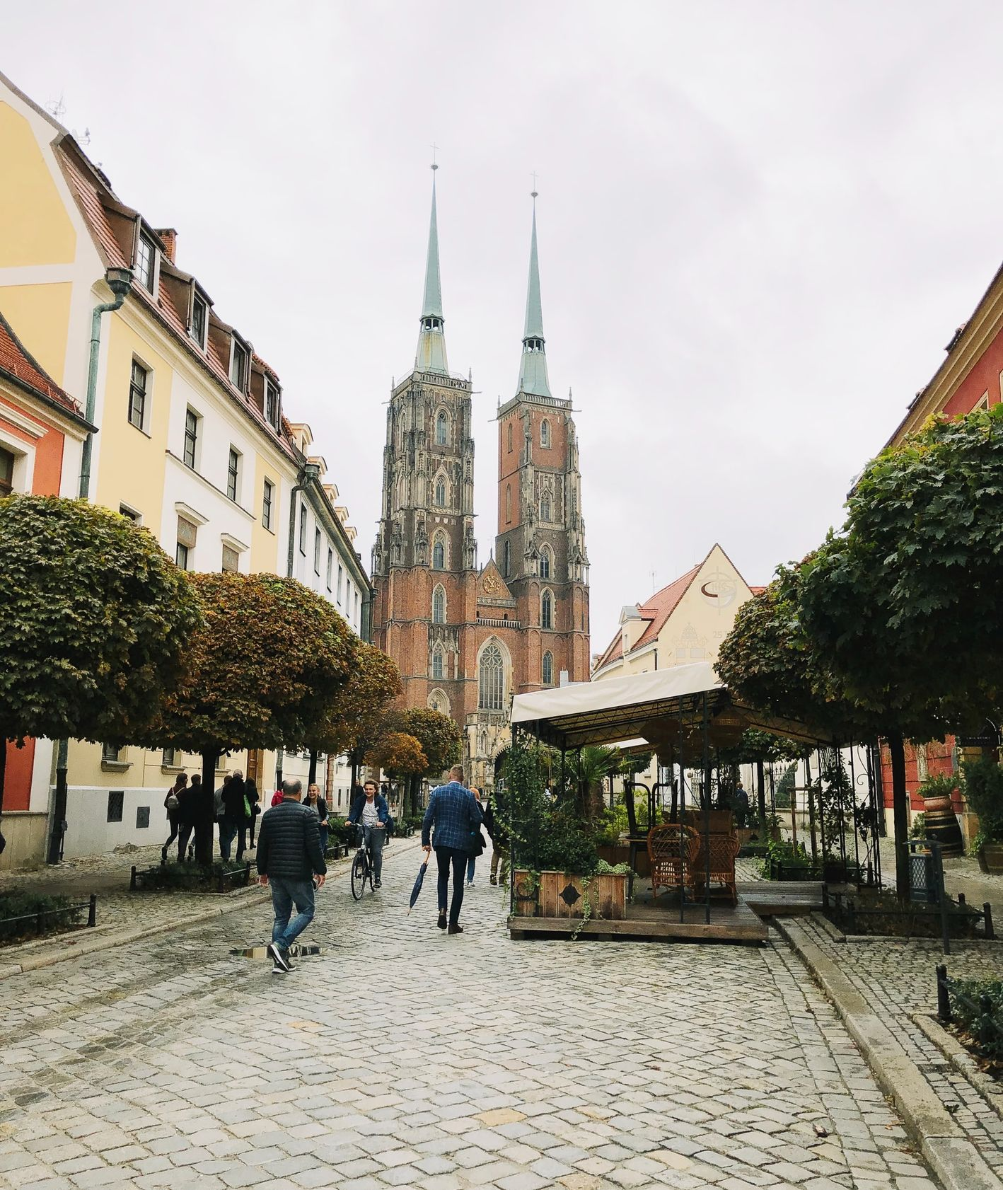 Ostrów Tumski – widok na katedrę i restauracje we Wrocławiu (fot. Joe Green)