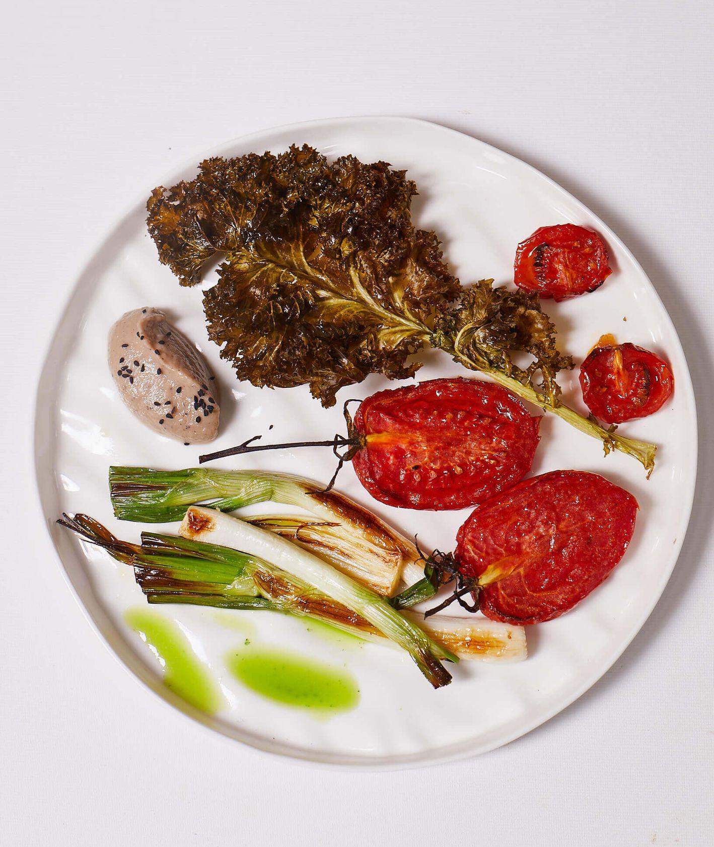 Sałatka z pieczonych pomidorów, jarmużu i dymki z purée bakłażanowym i miętowym olejem