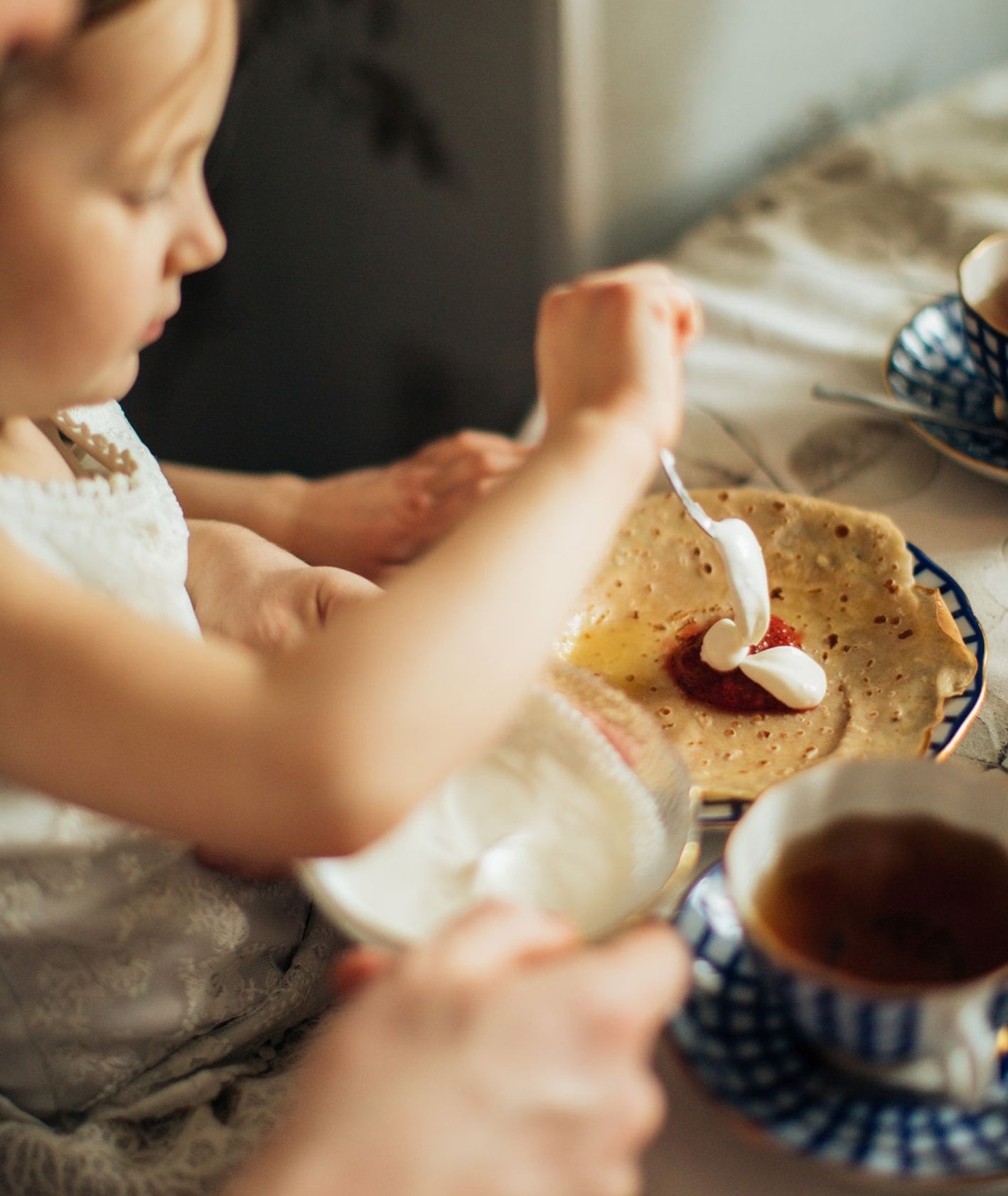 Dziewczynka jedząca naleśniki (fot. Elly Fairytale / Pexels.com)