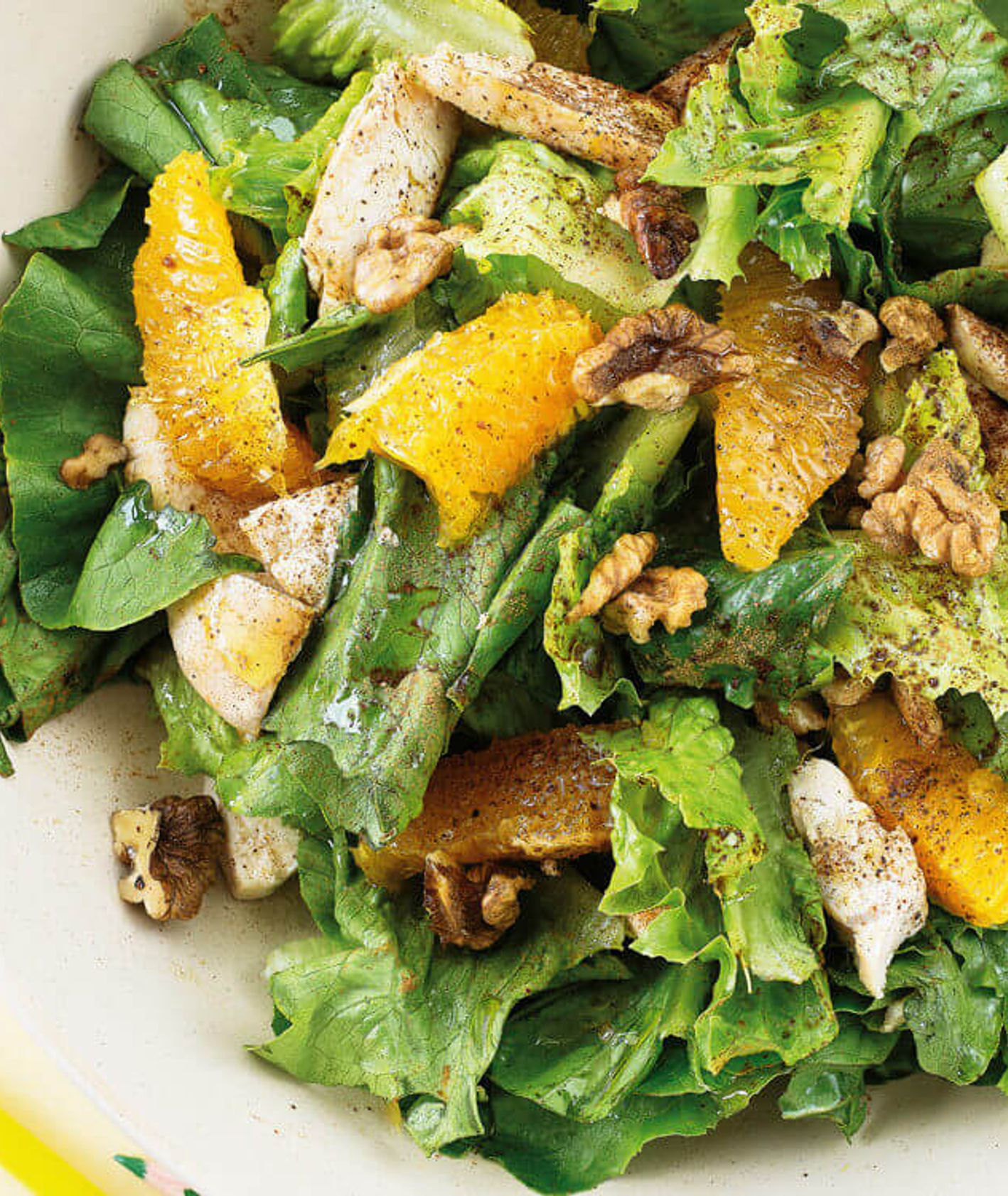 marokańska sałatka z kurczakiem i pomarańczami, sałatka z kurczakiem, lekka sałatka, lunch, sałatka z orzechami, pomarańcze, sezonowa sałatka