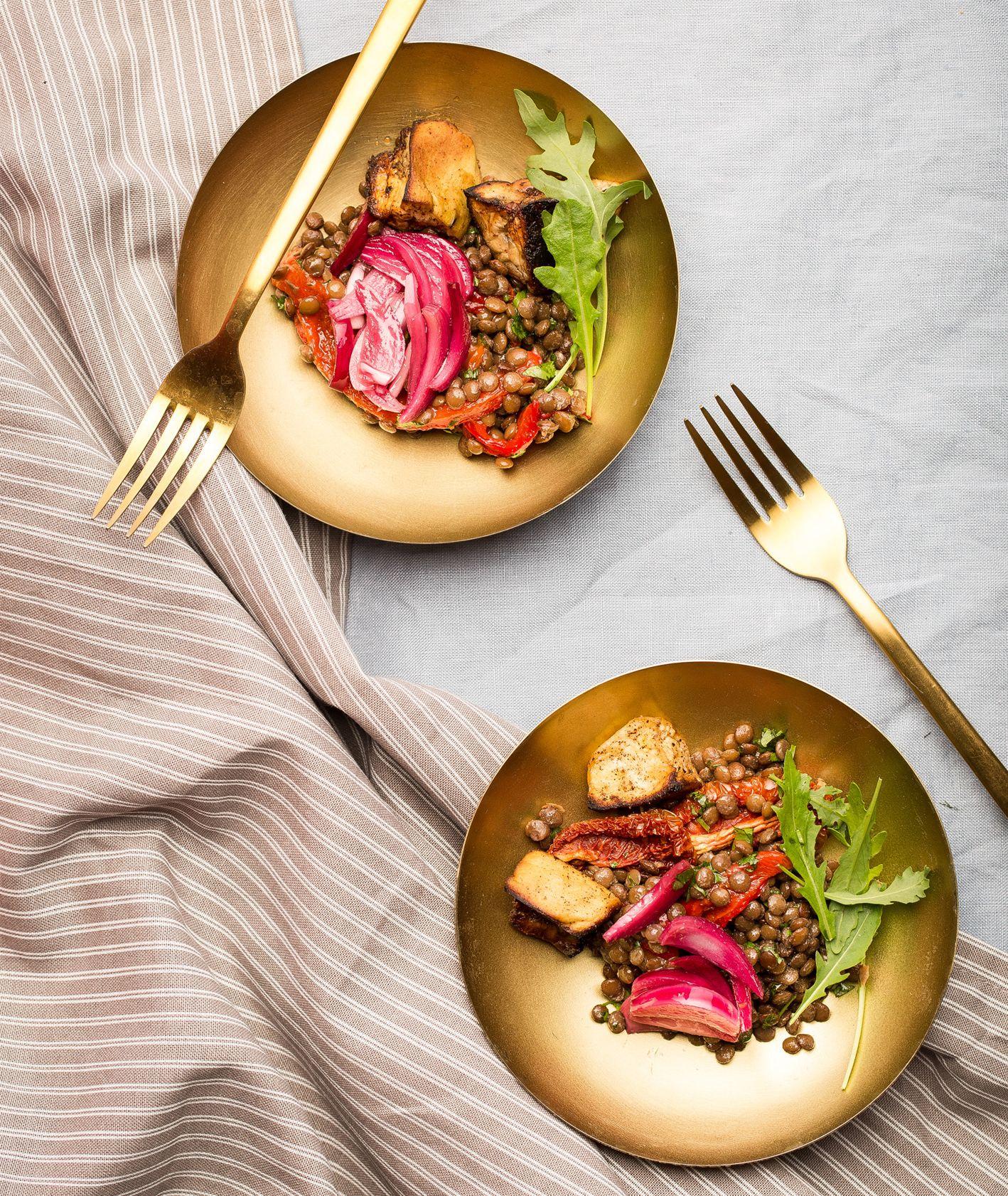 Sałatka z soczewicy z pieczonymi warzywami, pomysł na zdrową sałatkę z soczewicą i warzywami (fot. dinnershow.studio)