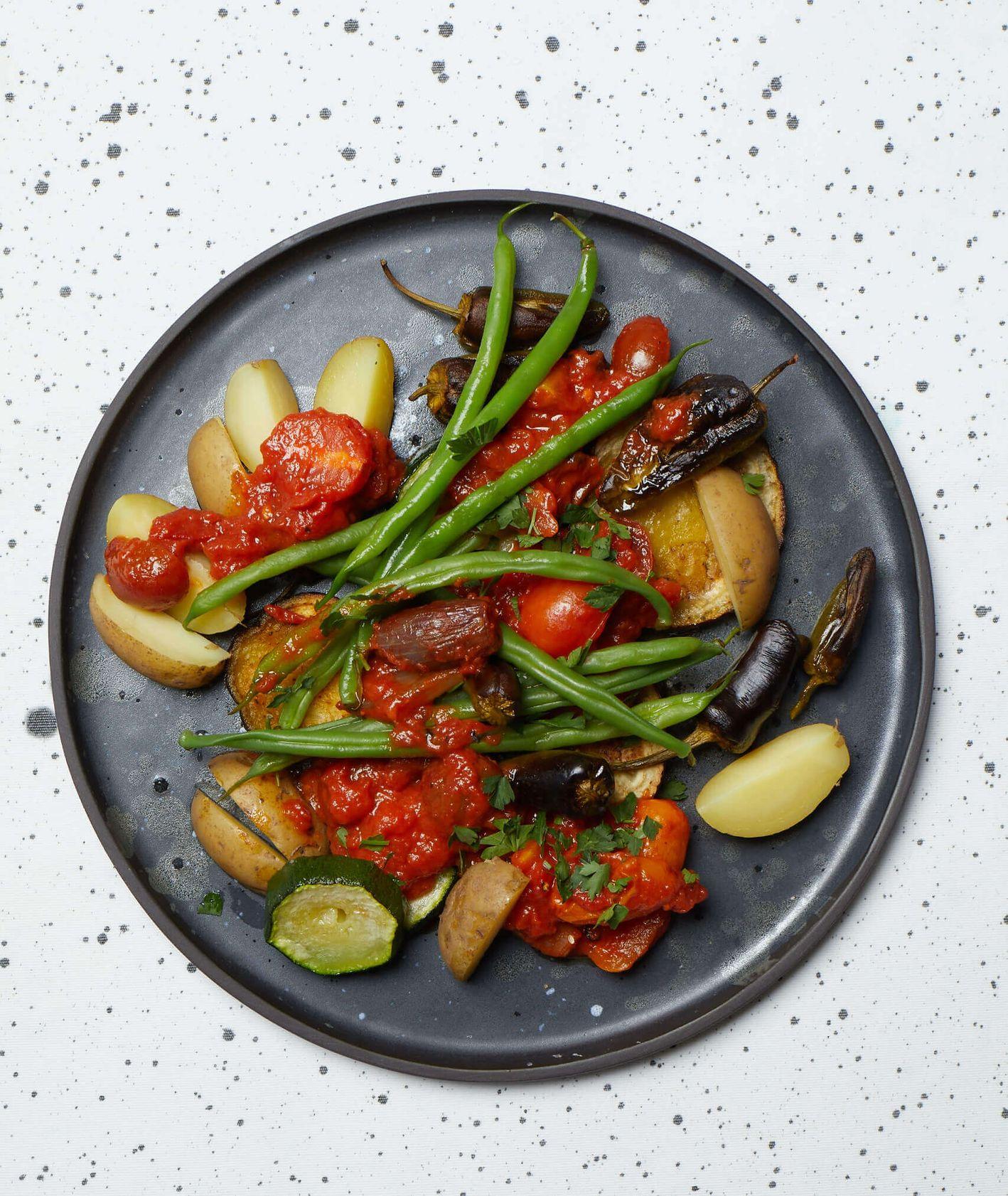 adżapsandal, kuchnia gruzińska, pieczone warzywa, pieczone ziemniaki, fasolka szparagowa, pieczone pomidory, sos pomidorowy, zdrowe jedzenie, fit, zdrowy obiad