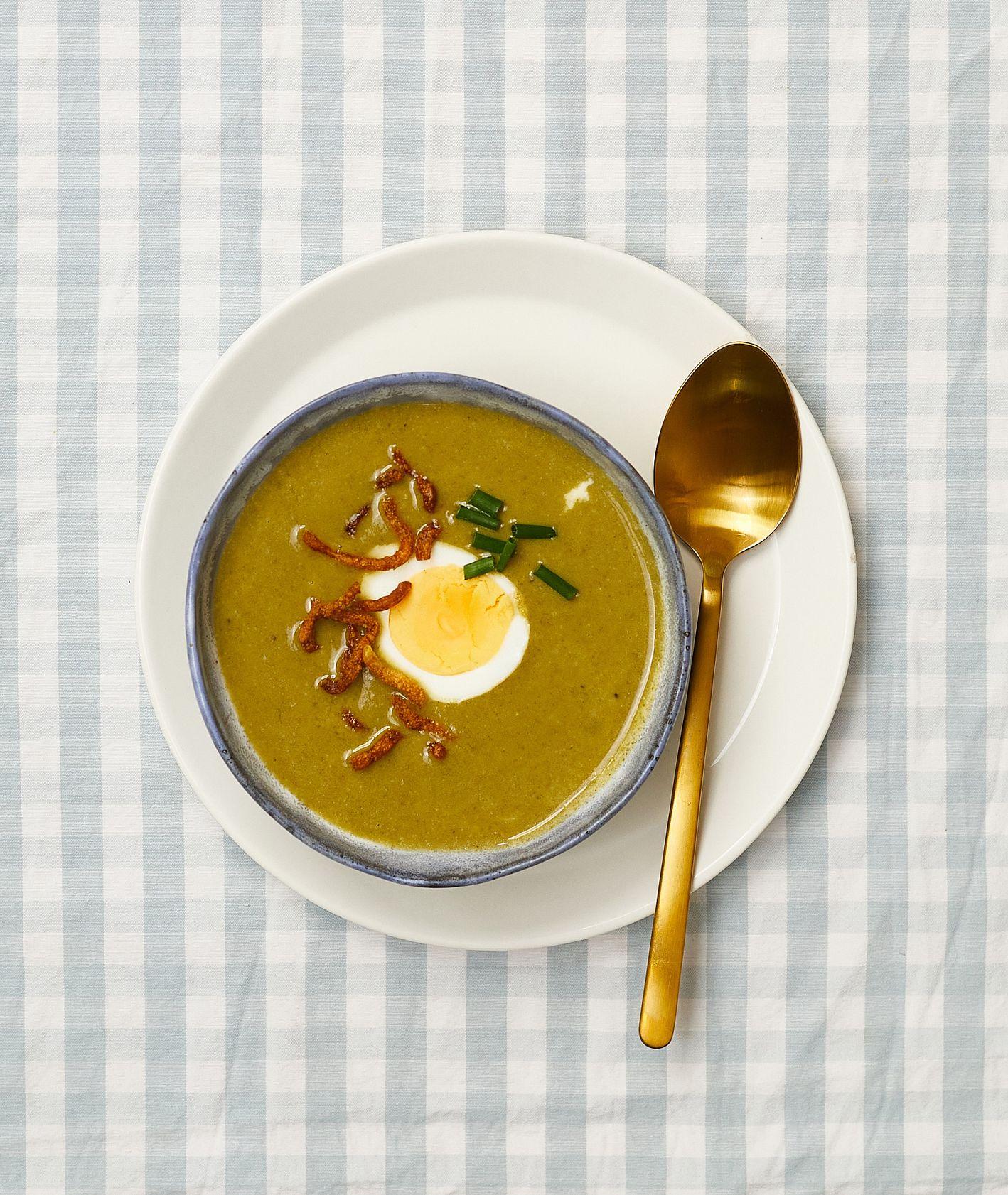 Zupy. Krem szczawiowy ze szczypiorkiem i z pikantną chrupką z makaronu udon (fot. Maciek Niemojewski)