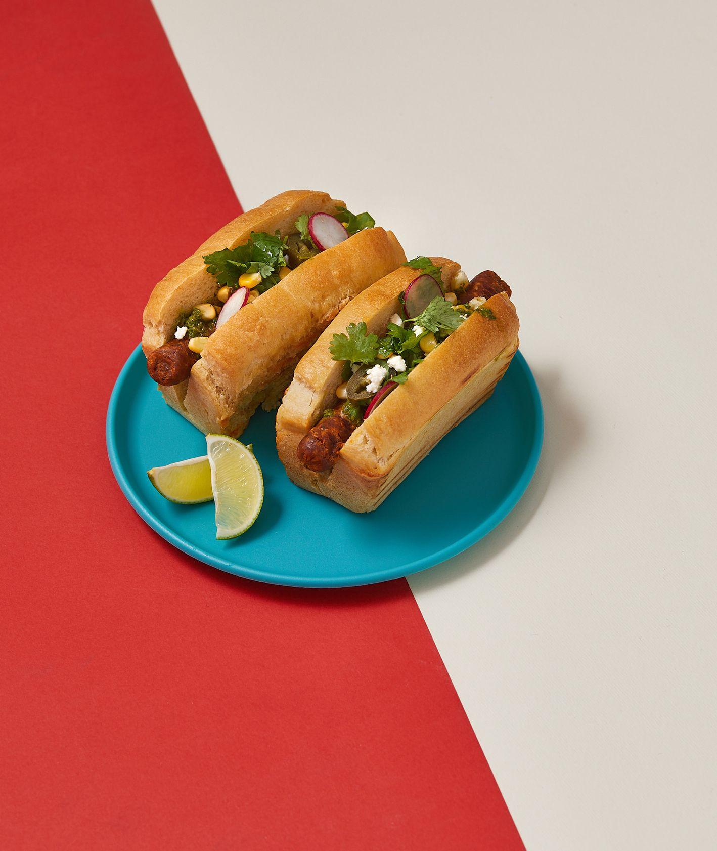 Wegańskie hot dog meksykański z salsą verde (fot. Maciek Niemojewski)