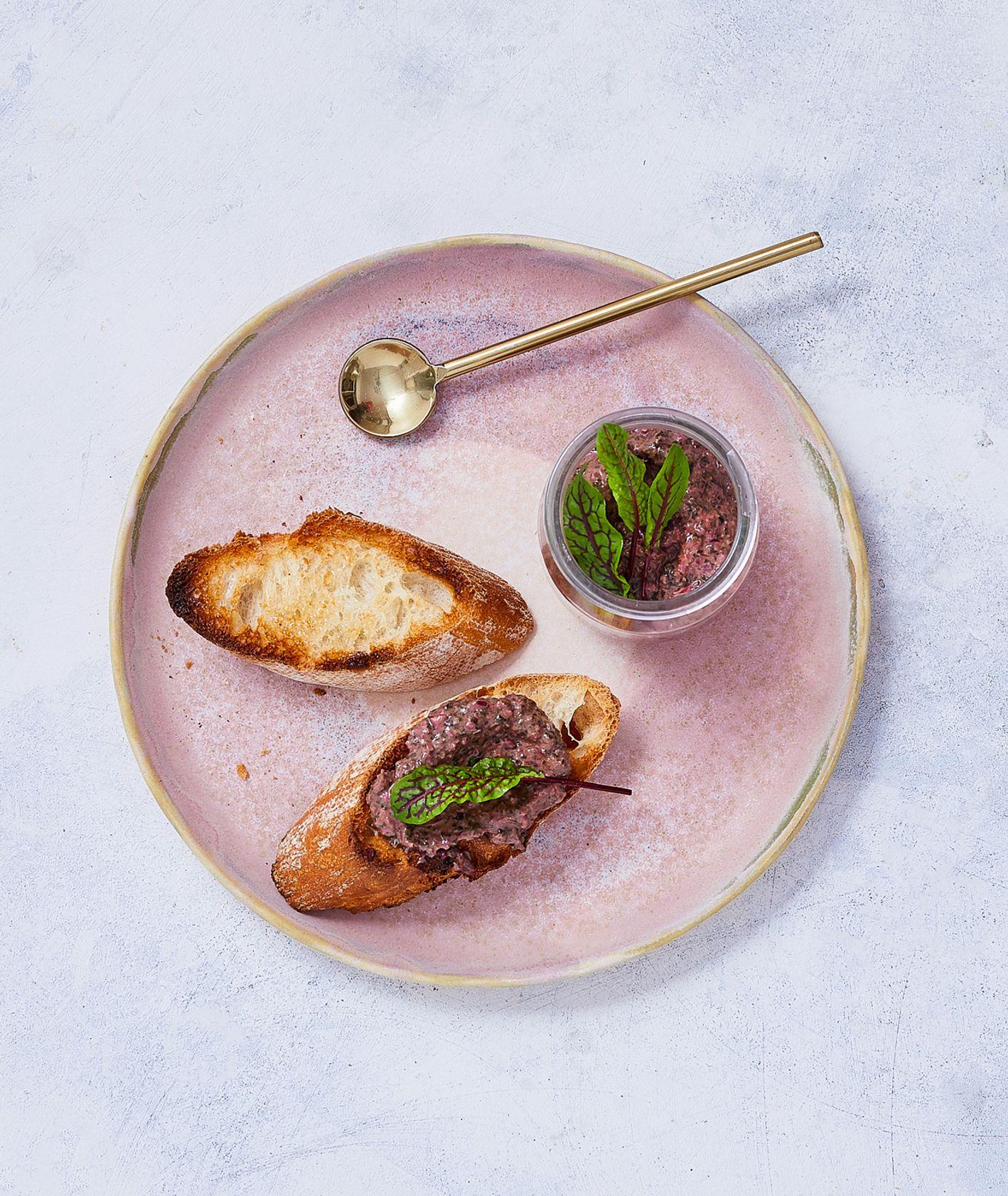 Pesto z botwiny na grzankach (fot. Maciek Niemojewski)