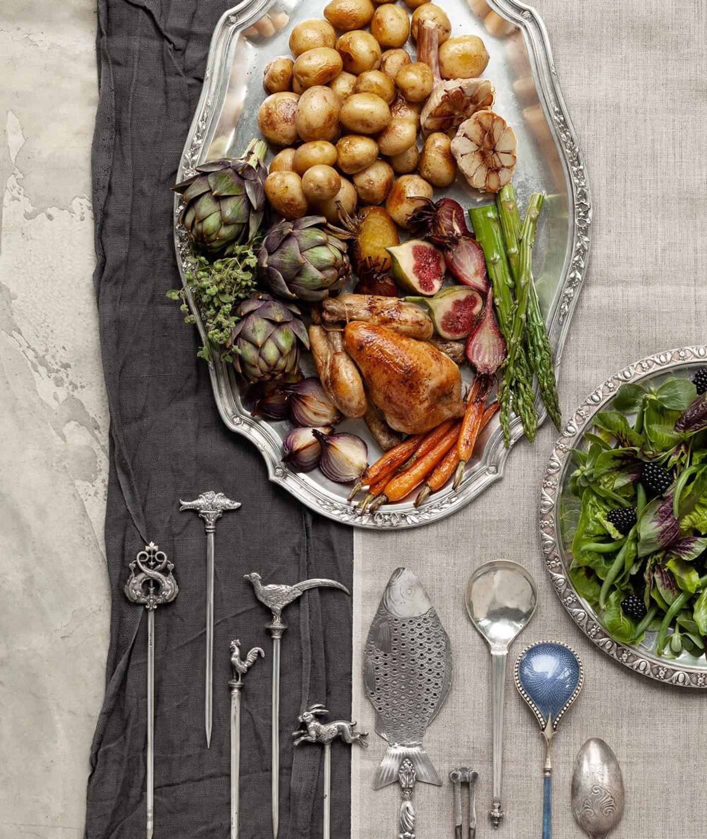 Kompozycja z przedmiotami aukcji Desy, jedzenie i naczynia (fot. Marcin Koniak)