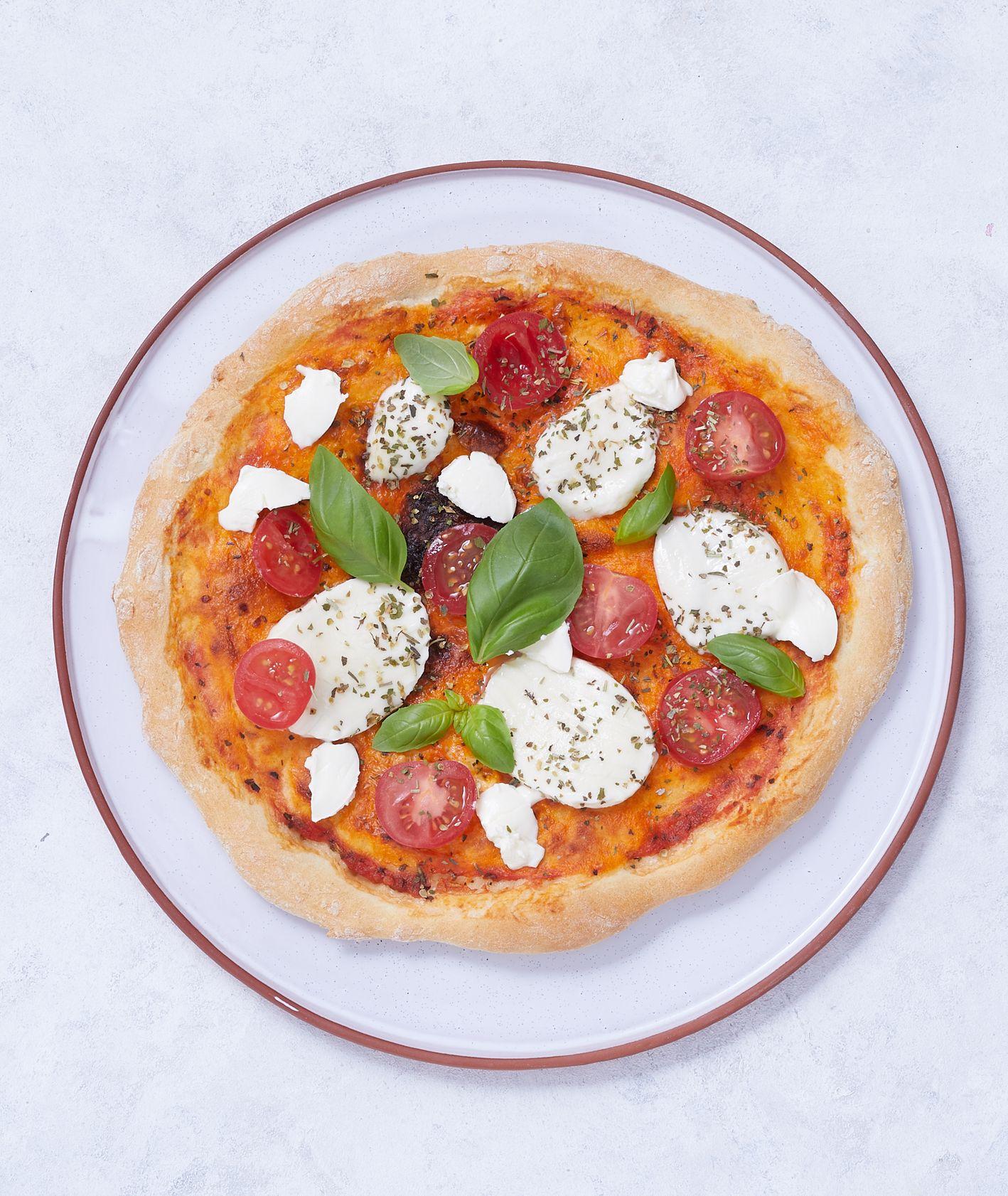 Pizza z pomidorami i bazylią (fot. Maciek Niemojewski)