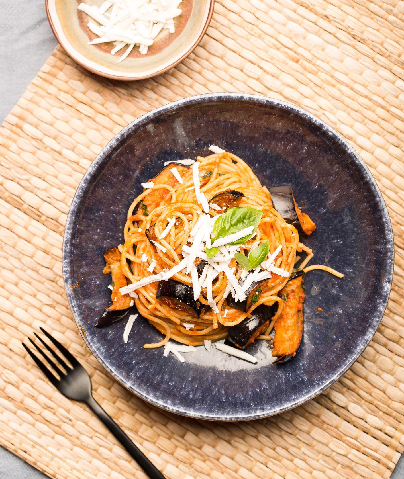 Spaghetti alla Norma, jak zrobić włoski makaron z bakłażanem (fot. dinnershow.studio)