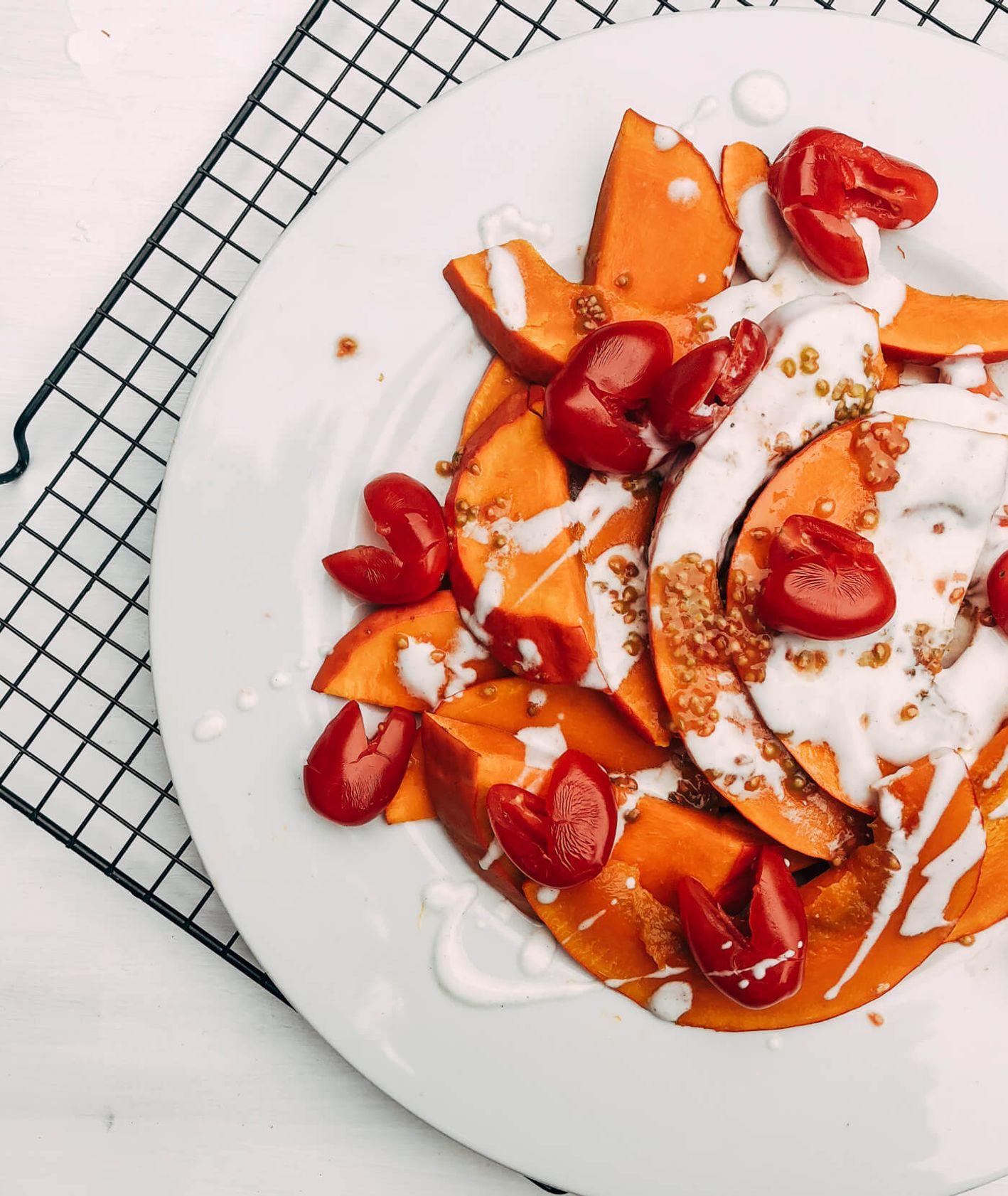 dynia hokkaido z kardamonowym jogurtem i pomidorkami cherry (fot. Zuza Rożek)
