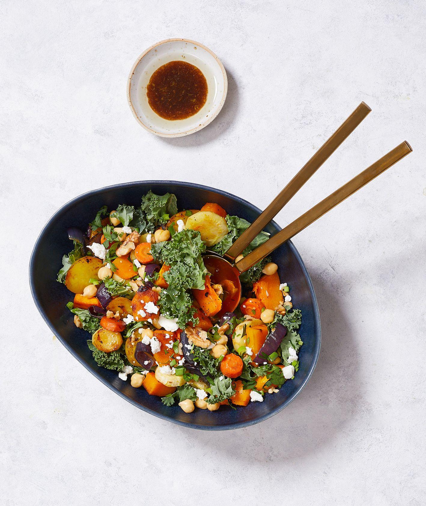 Zimowe sałaty. Sałatka z pieczonych warzyw z fetą (fot. Maciek Niemojewski)