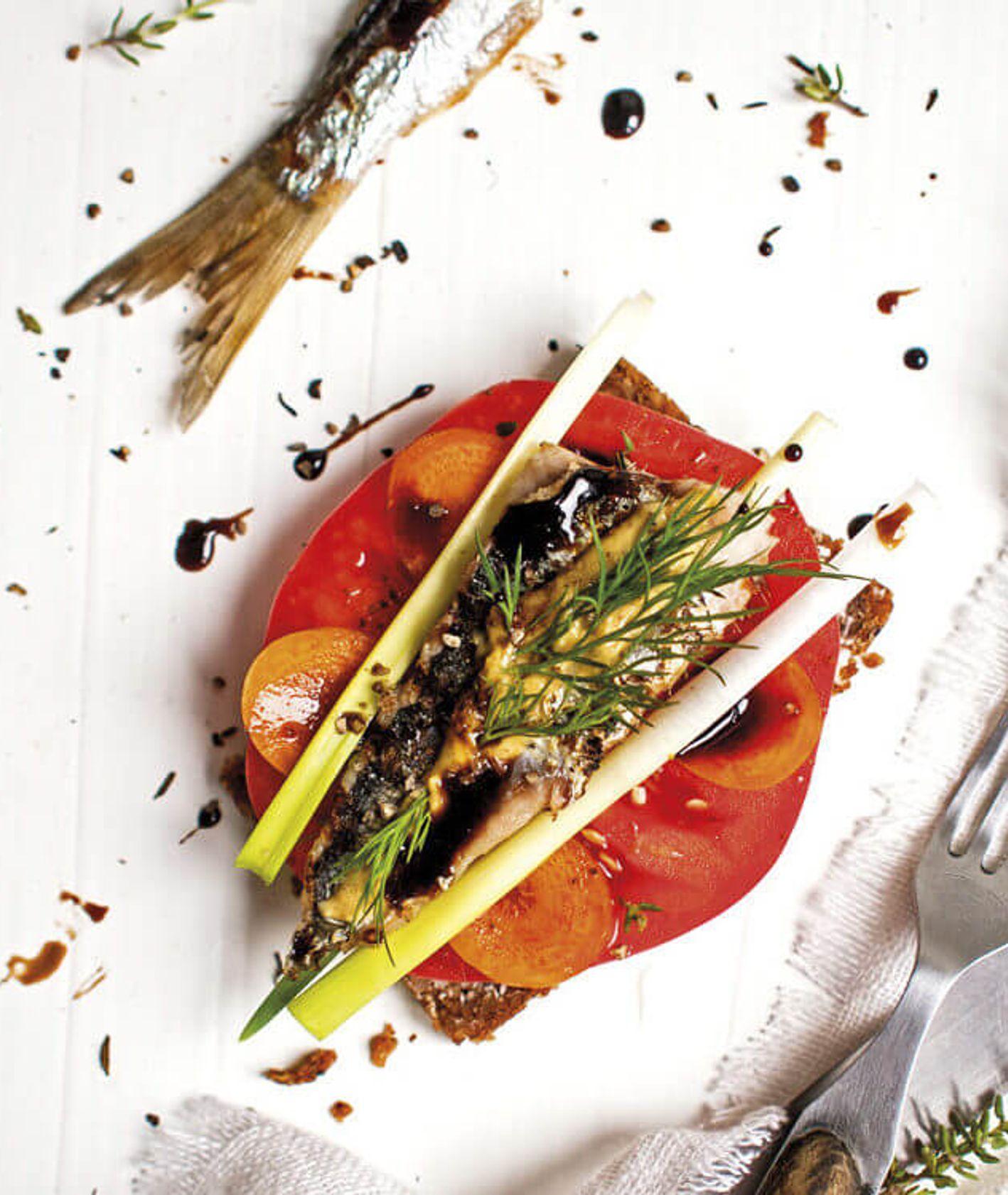 Słodki śledź na kanapce  z pomidorem i musztardą