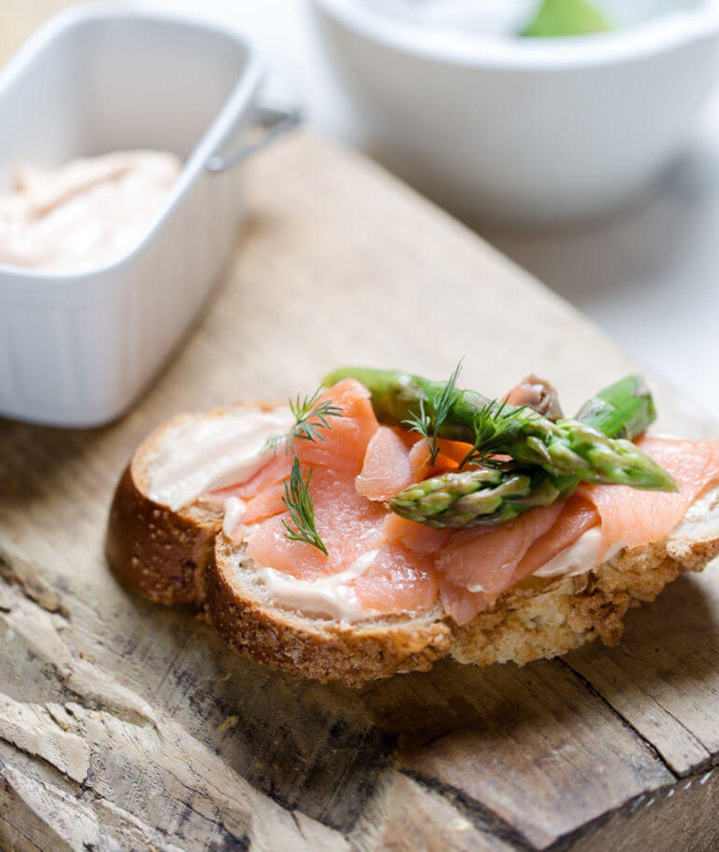 chałka ze szparagami i sosem holenderskim, chałka na słono, chałka z łososiem, wytrawne śniadanie, szparagi, sos holenderski, jak zrobić sos holenderski, jak ugotować szparagi