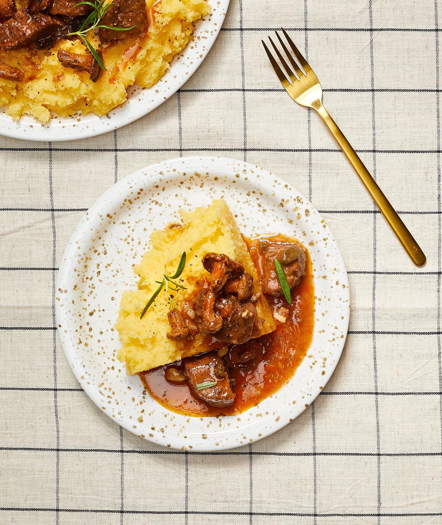 Przepis na potrawkkę wołową z kurkami. Kuchnia włoska, przepisy na dania z grzybami, Cristina Catese (fot. Maciek Niemojewski)