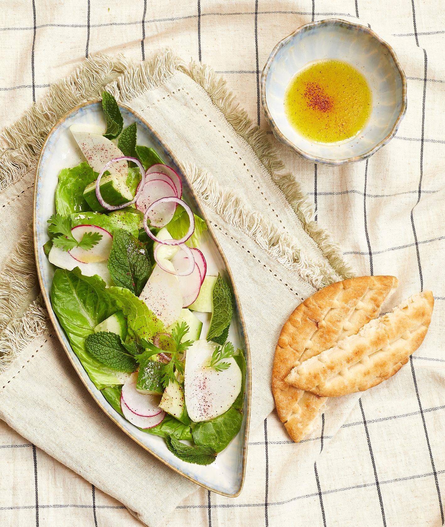 Sałatka z sezonowych warzyw z chlebkiem pita i dressingiem z octu winnego i czosnku (fot. Maciej Niemojewski)