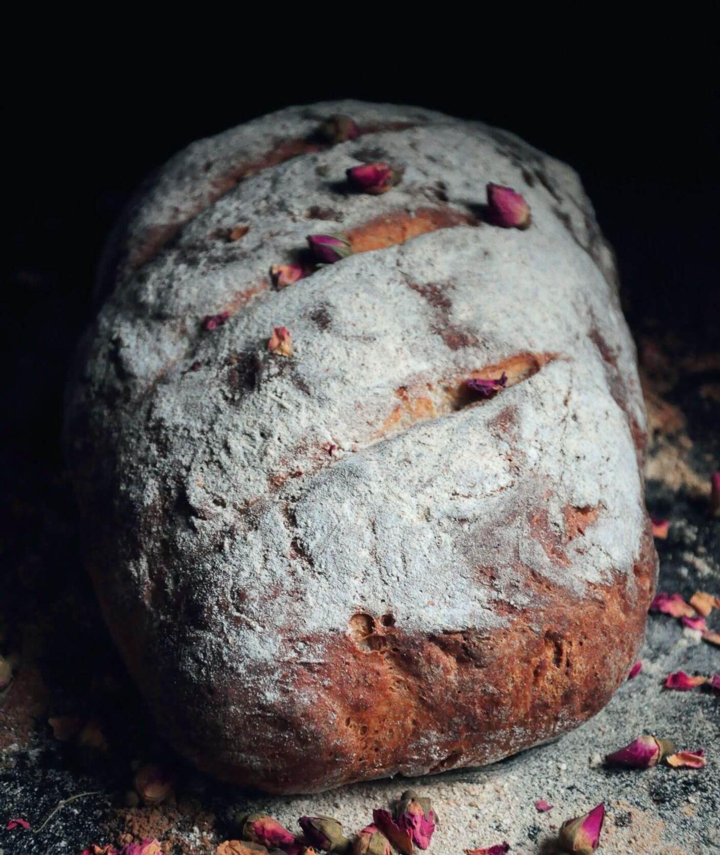 Chleb różany z płatkami kwiatów posypany mąką z chrupiącą skórką (fot. materiały prasowe)