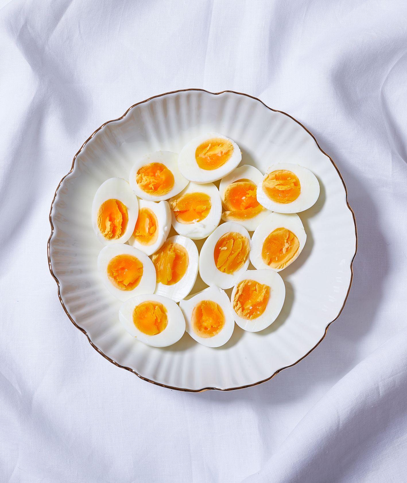 14 połówek jajek idealnie ugotowanych na twardo (fot. Maciek Niemojewski)