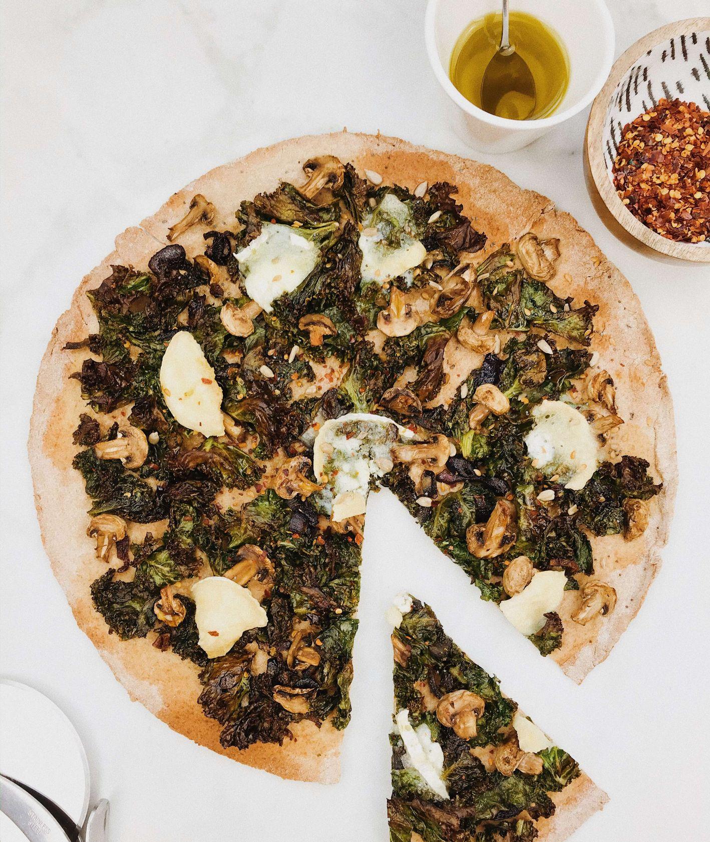 Domowa pizza z jarmużem i kozim serem, przepis Izabela Heftowicz / PassionOn