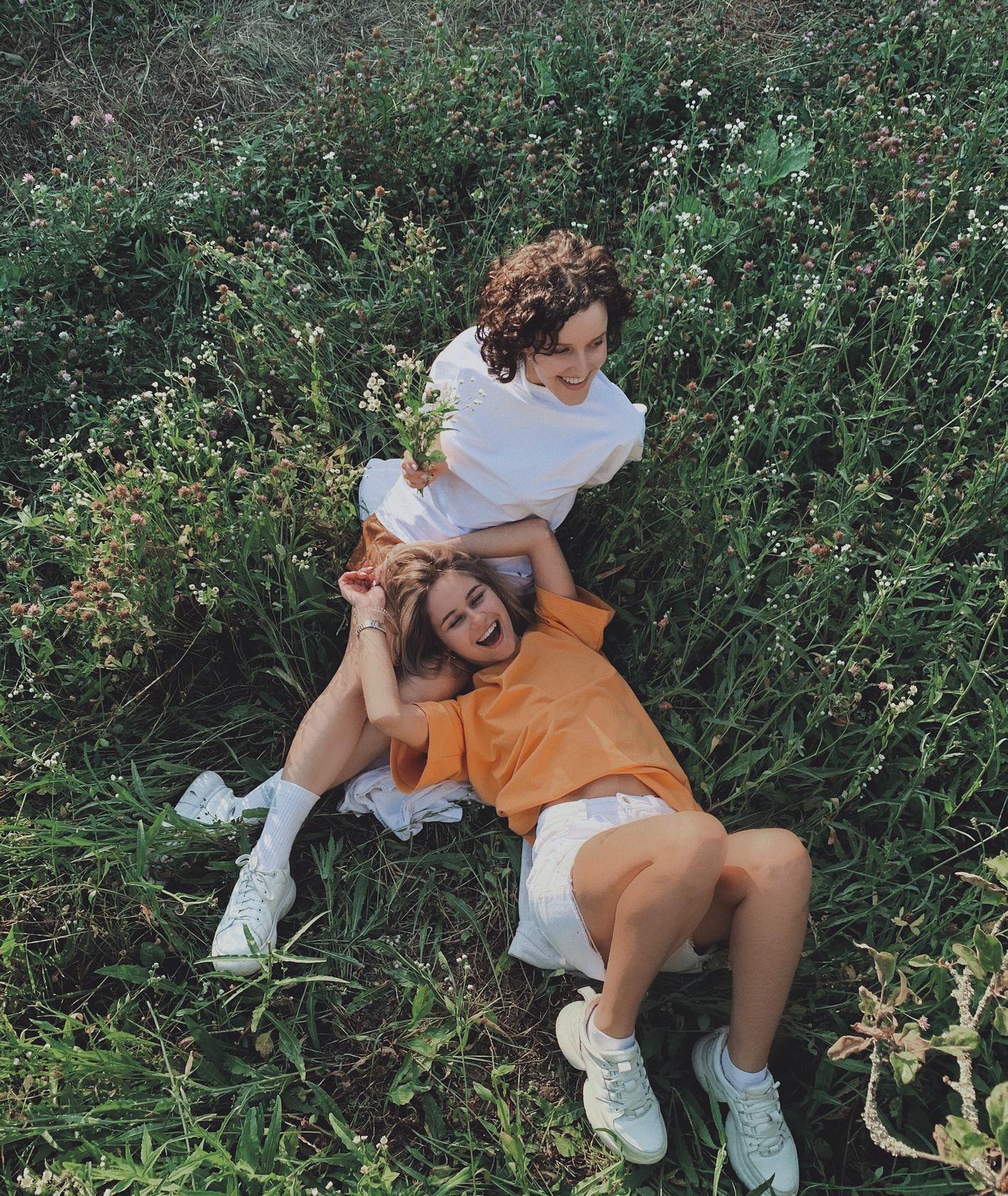Przyjaciółki na łące (fot. Anastasiia Rozumna / unsplash.com)