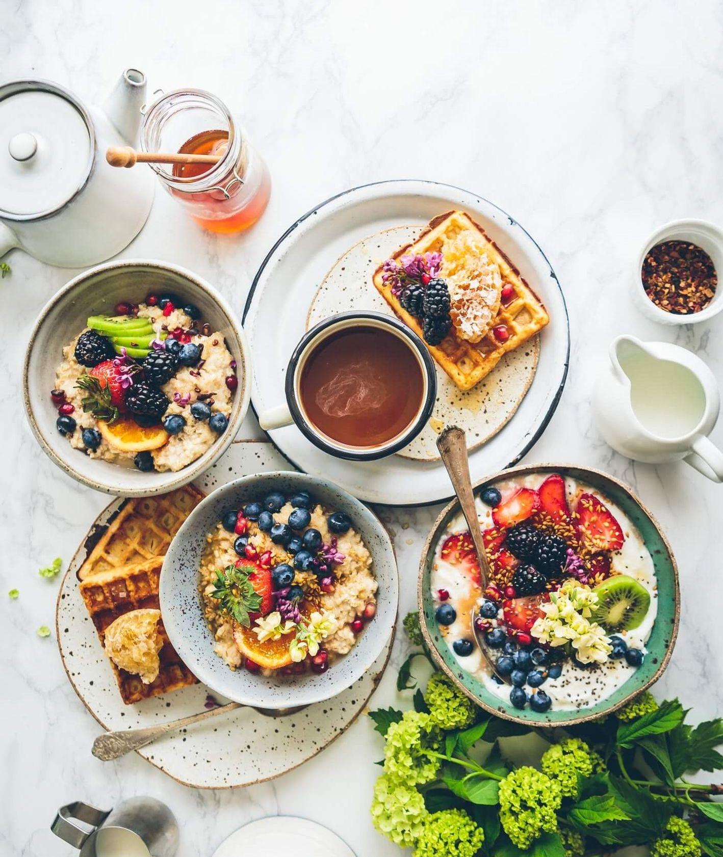Śniadanie – gofry, sałatki, miód, kawa