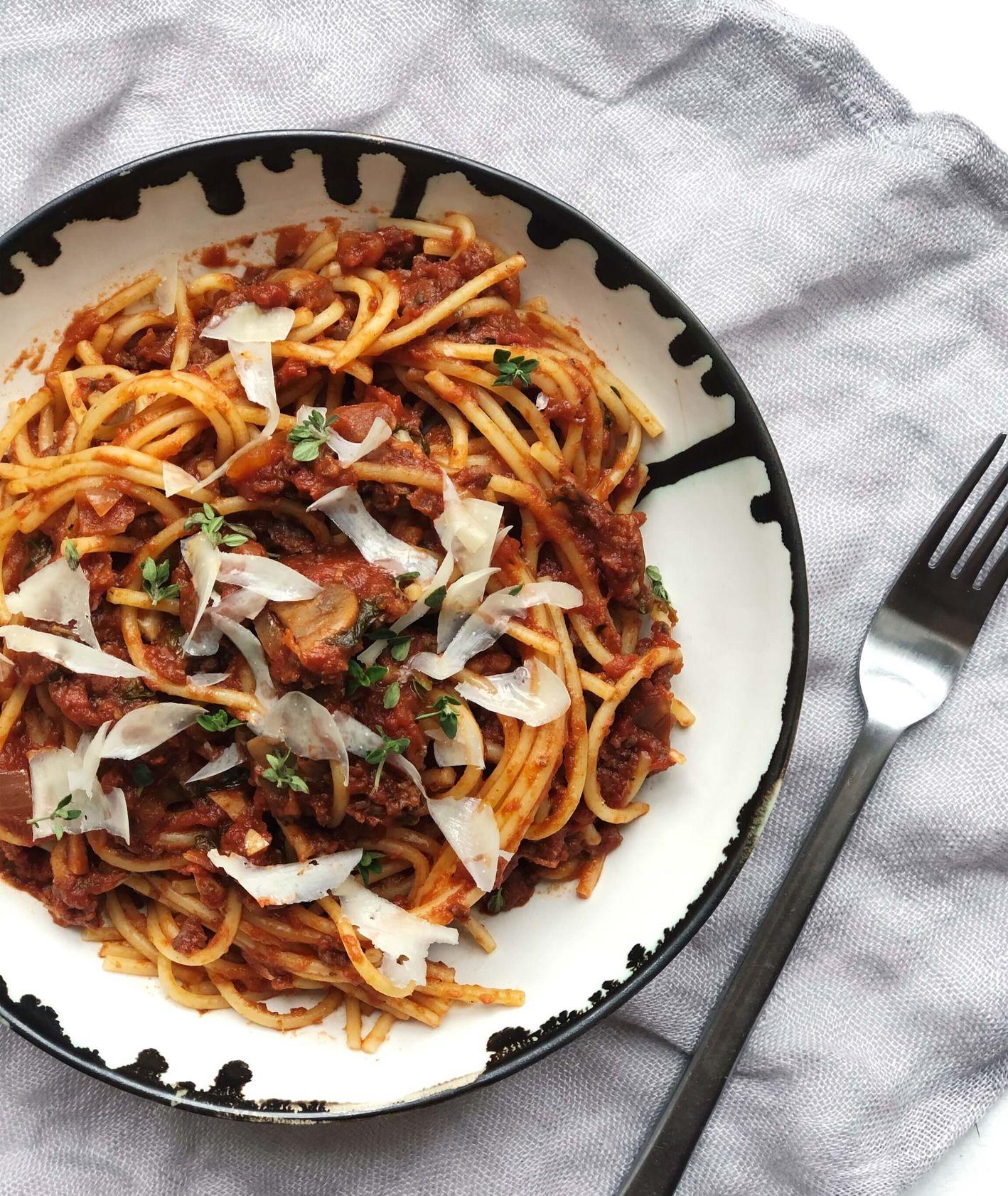 Sposób na spaghetti z mięsnym sosem pomidorowym (fot. Zuza Rożek)