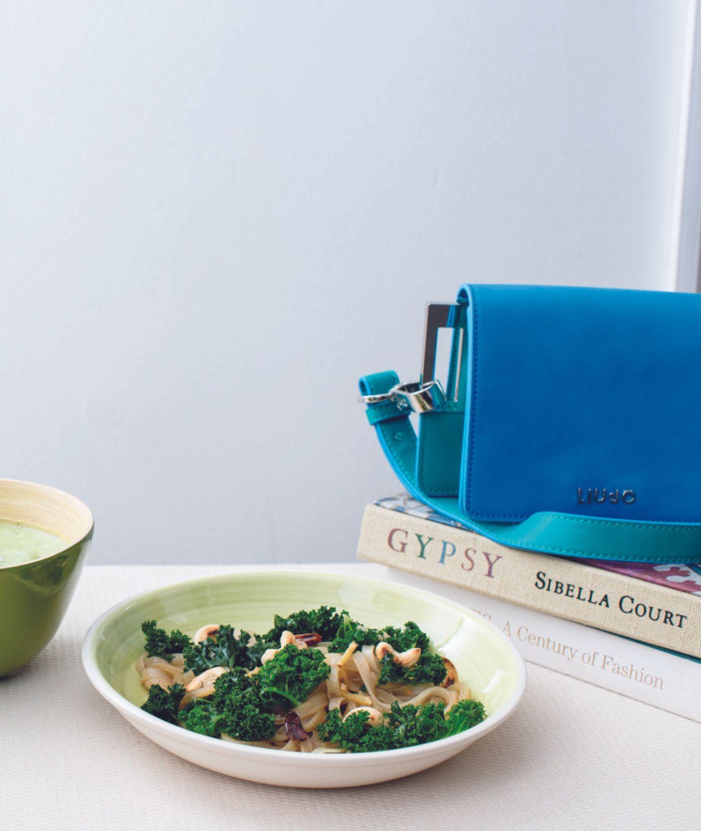 Makaron ryżowy z jarmużem, z orzechami nerkowca i z rodzynkami w ostrym sosie sojowym,  jarmuż z makaronem ryżowym w azjatyckim stylu, przepis i zdjęcie Kasia Bem