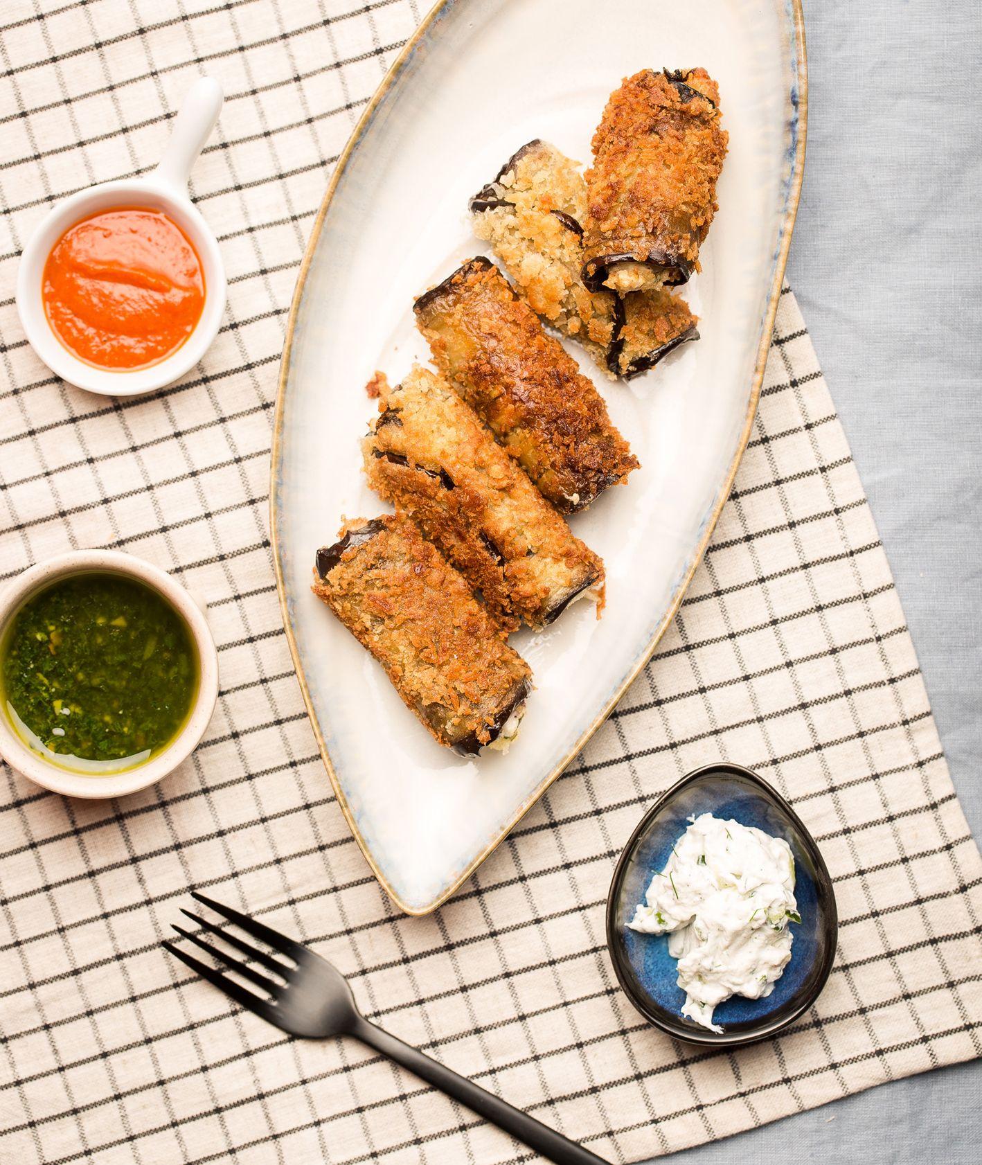 Panierowane roladki z bakłażana, pomysł na obiad z bakłażanem, jak przyrządzić bakłażana (fot. dinnershow.studio)