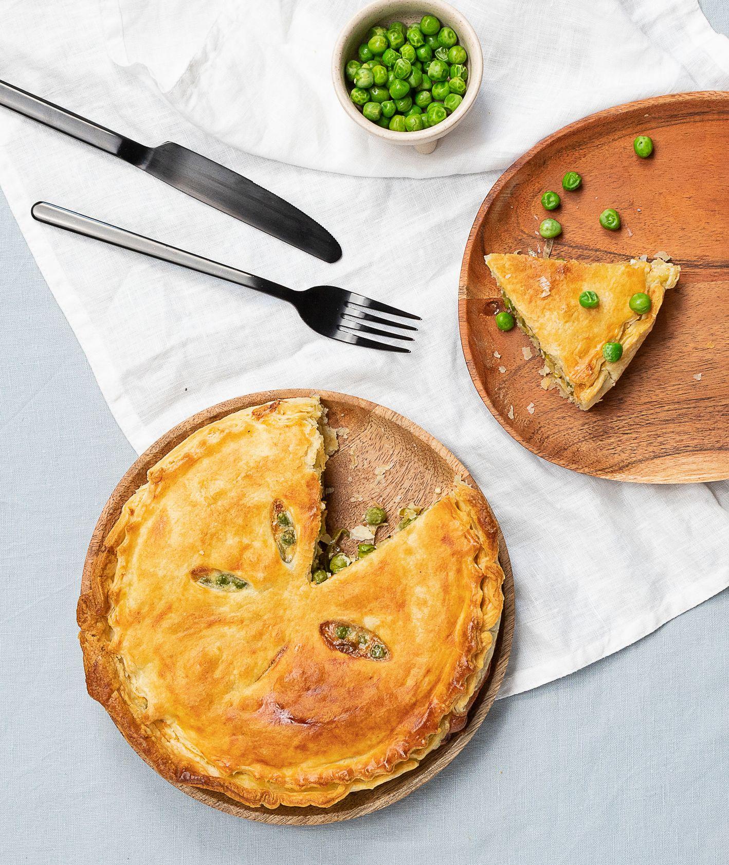 Tarta z porem, zielonym groszkiem i gorgonzolą na chrupiącym cieście francuskim (fot. Paulina Czyżewska)
