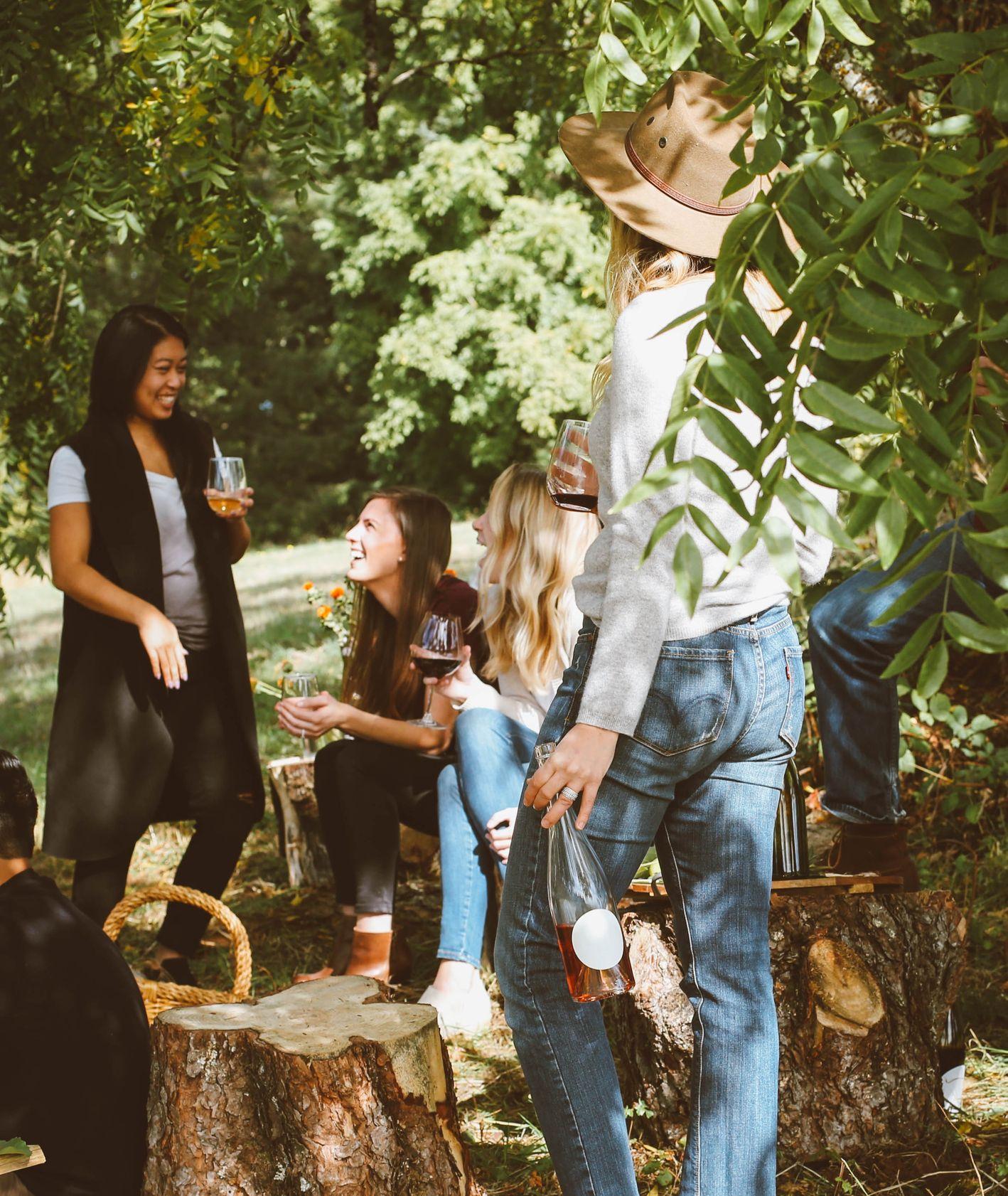 Koleżanki piją wino w plenerze (fot. Kelsey Chance / unsplash.com)