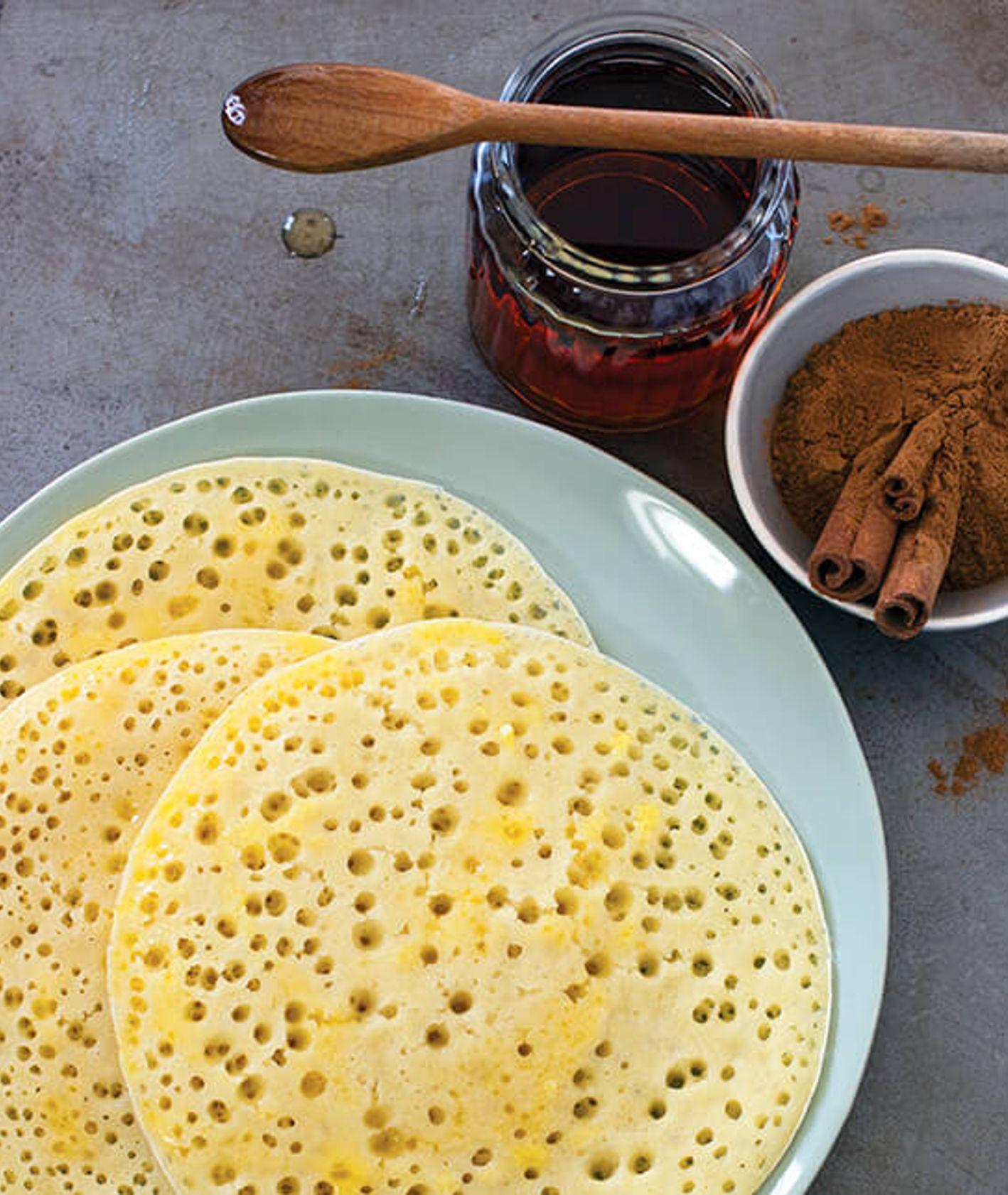 marokańskie naleśniki z dziurkami podawane z masłem, miodem i cynamonem