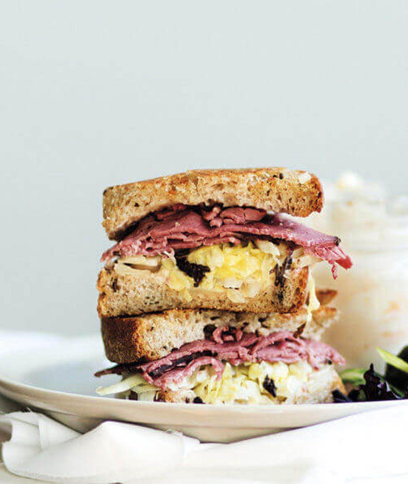 kanapka z pastrami, kanapka z kapustą kiszona, chleb na zakwasie, szybka kanapka, kanapka do pracy, przekąski na imprezę, kanapka roubena