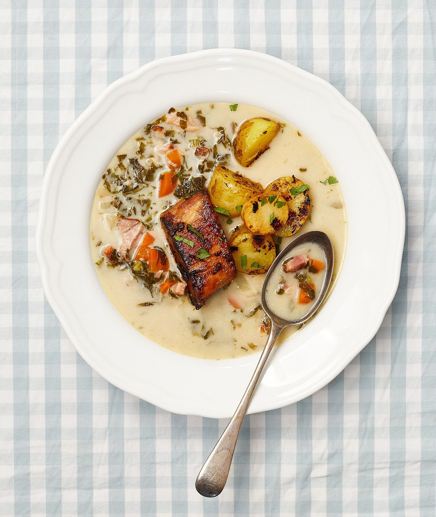 Zupy. Szczawiowa na wędzonce ze smażonymi ziemniakami  (fot. Maciek Niemojewski)