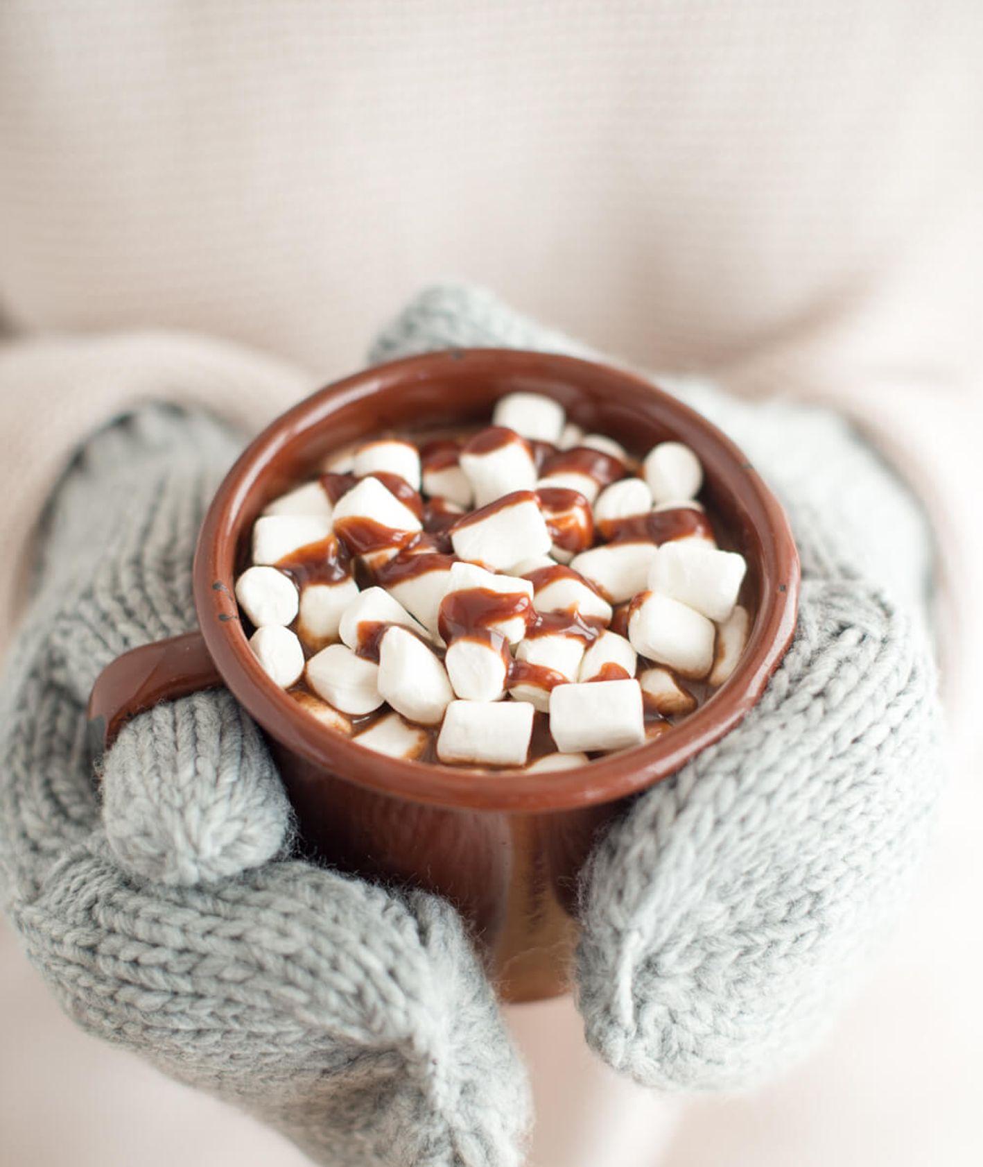 Gorąca czekolada z piankami, solą morską i sosem czekoladowym