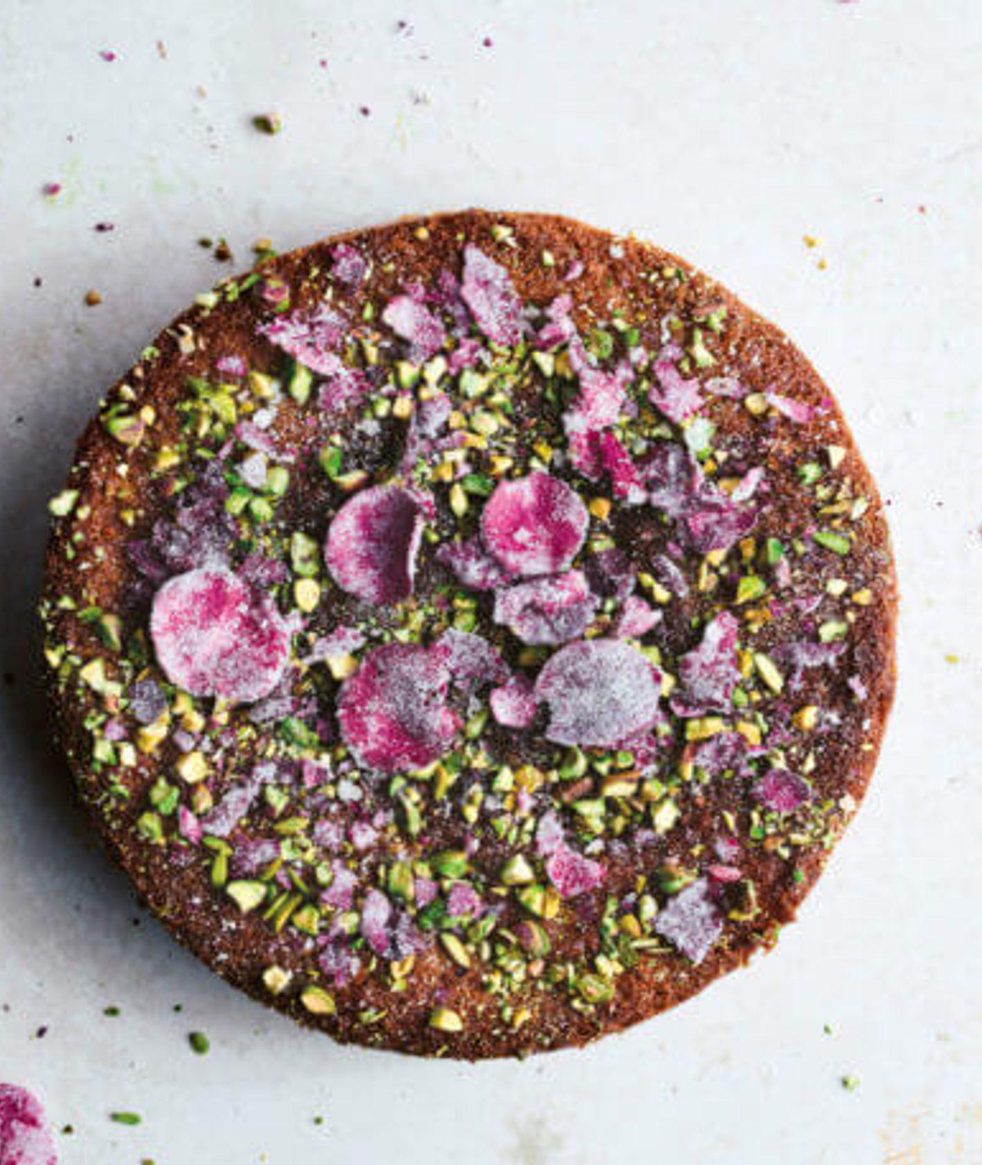 Ciasto z semoliną, pistacjami i wodą różaną