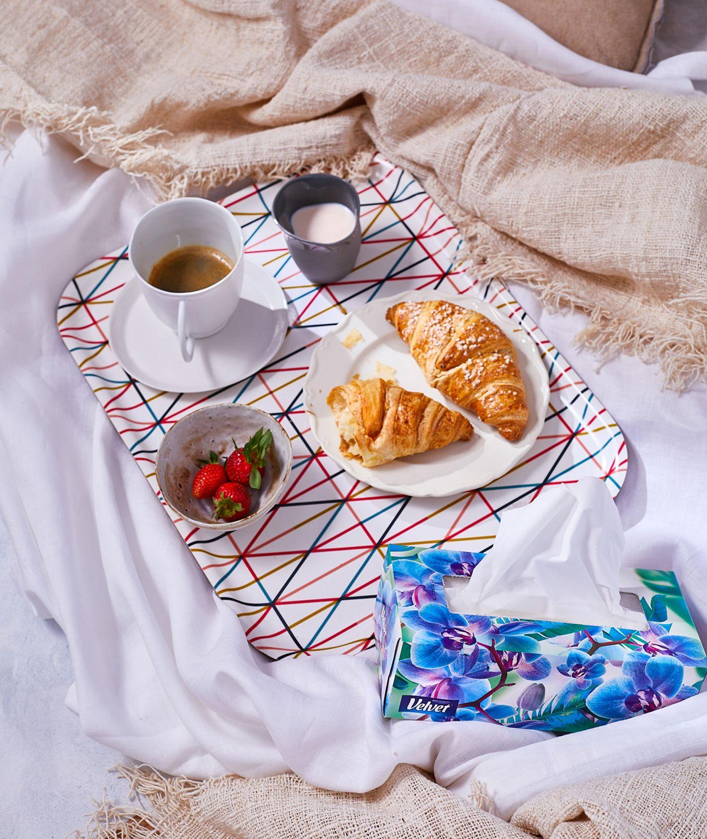 Croissant, kawa, truskawki, idealne śniadanie do łóżka (fot. Maciek Niemojewski)