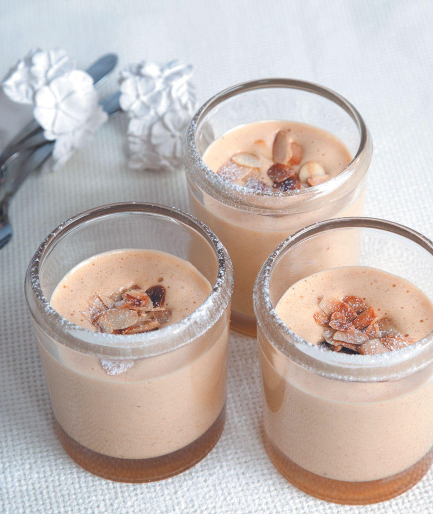 Delikatny mus migdałowy z marsalą i brandy podawany na ciepło z prażonymi płatkami migdałów, przepis Eliza Michalczyk